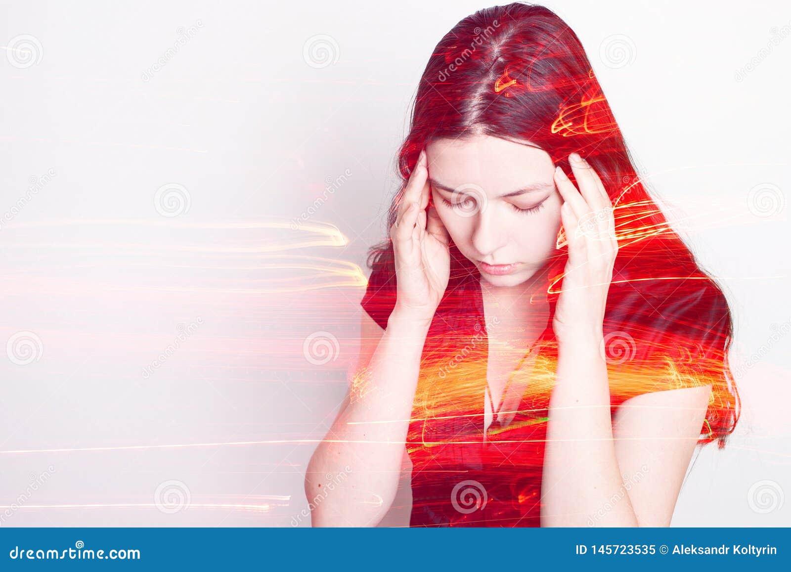M?oda kobieta cierpi od migreny Portret dziewczyna trzyma mocno jej głowę Migreny i ciśnienie krwi problemy