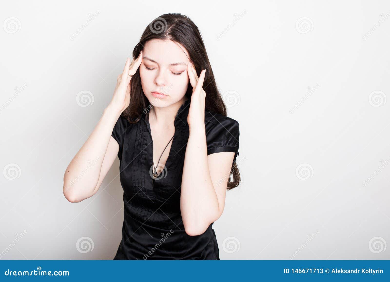 M?oda kobieta cierpi od migreny Portret dziewczyna trzyma mocno jej g?ow? Migreny i ci?nienie krwi problemy