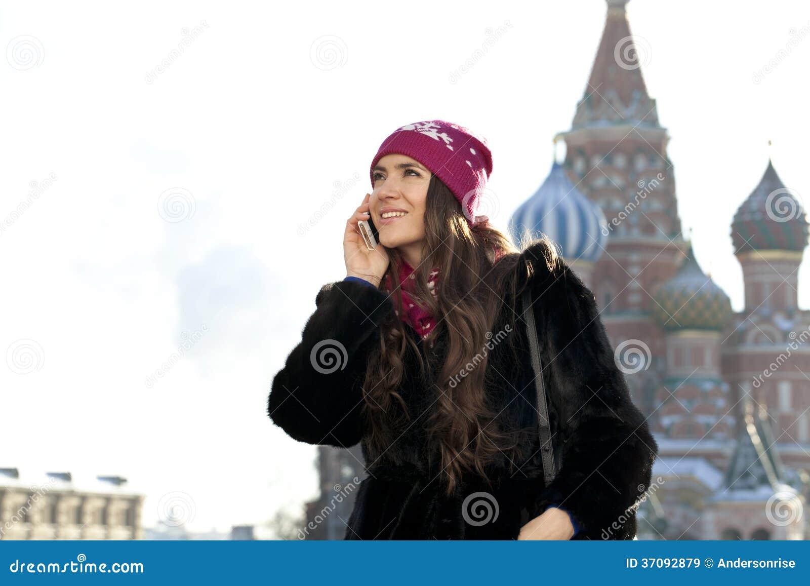 Download Młoda Kobieta Dzwoni Telefonem Obraz Stock - Obraz złożonej z journeyer, atrakcyjny: 37092879