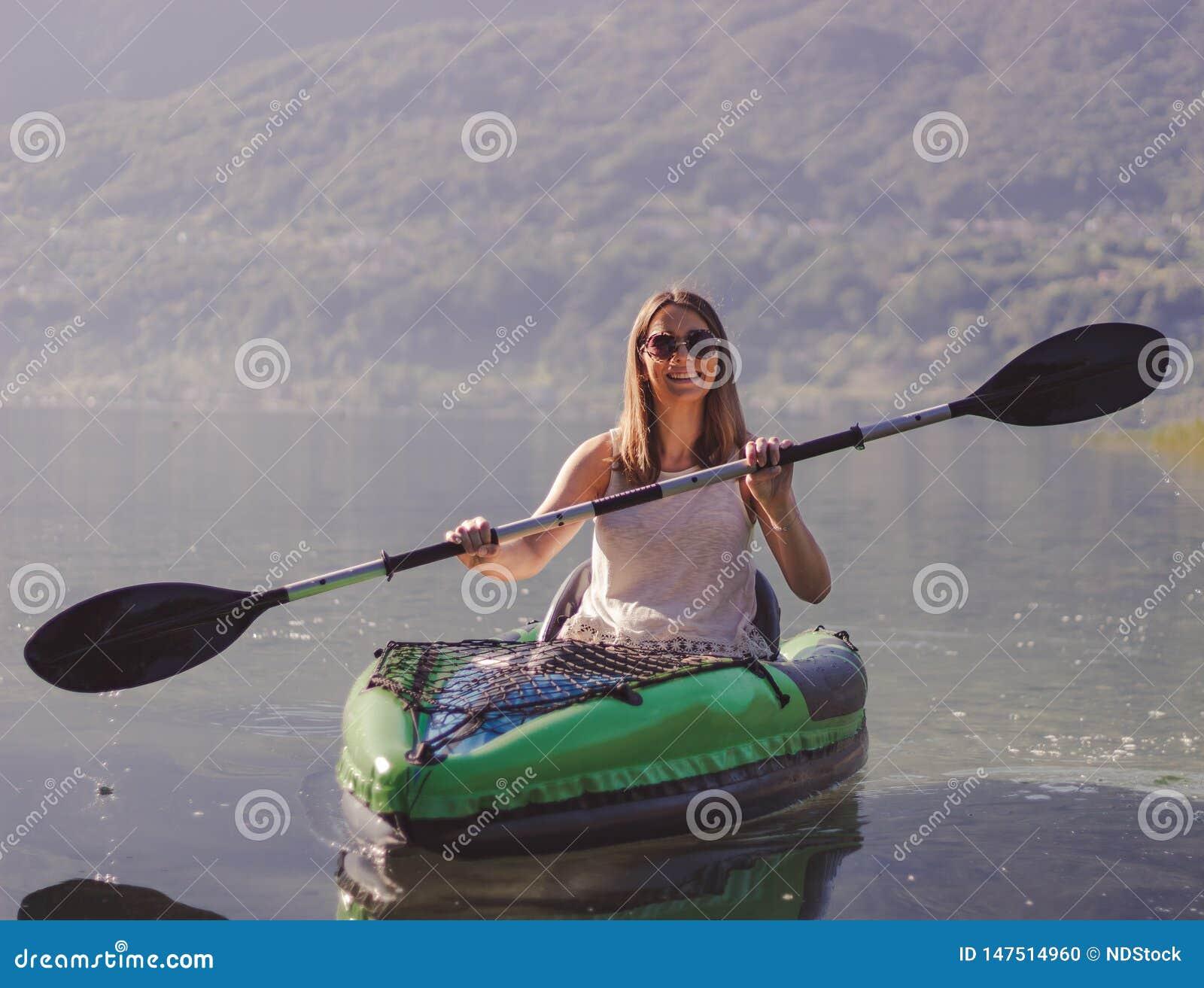M?oda kobieta kayaking na jeziorze