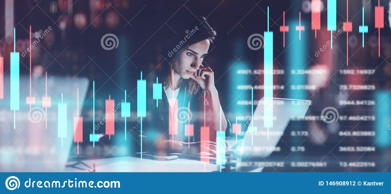 M?oda kobieta pracuje przy nocy nowo?ytnym biurem Techniczny cena wykres i candlestick mapa wska?nika, czerwieni i zieleni, i