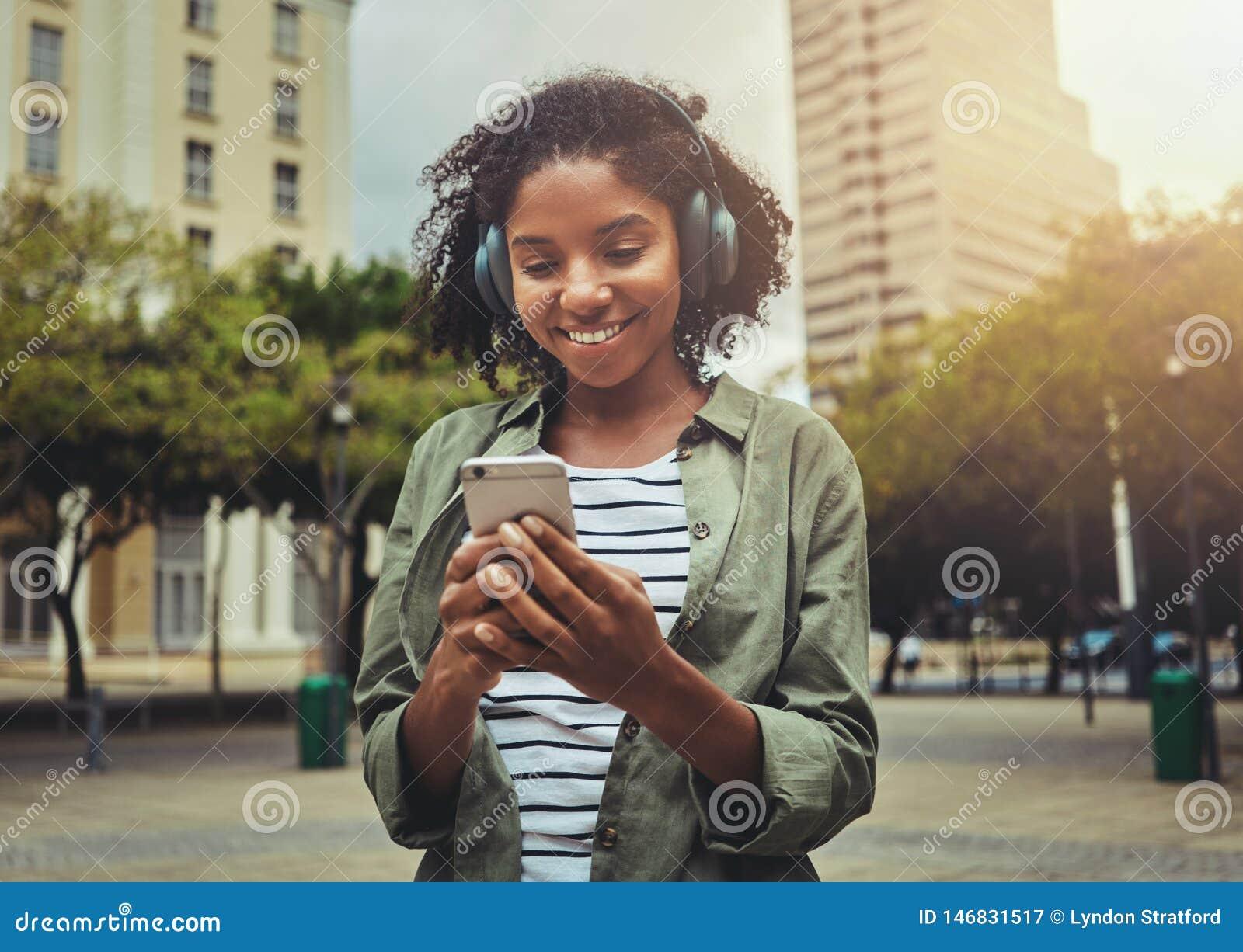 M?oda kobieta s?ucha muzyka od m?drze telefonu