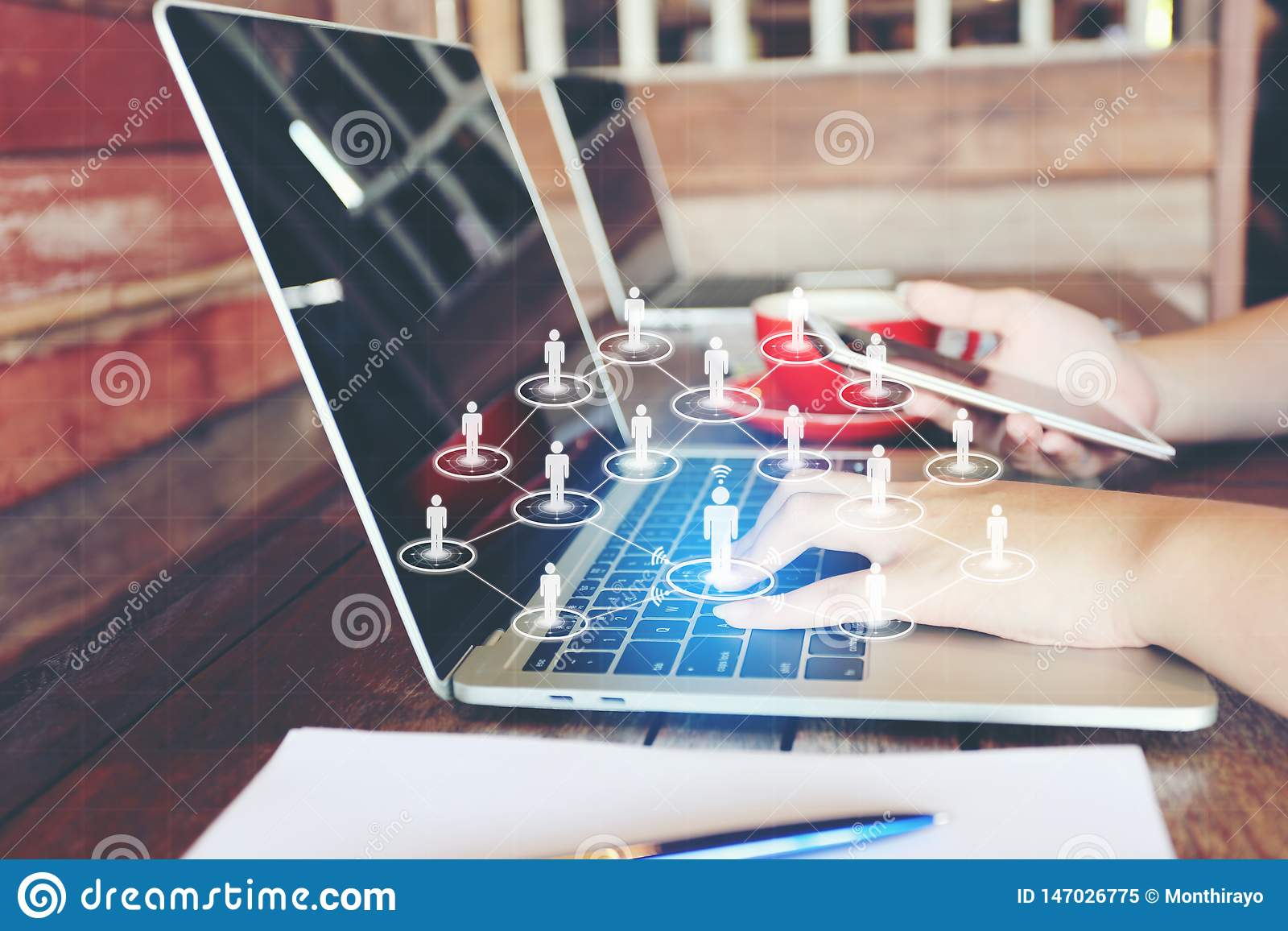 M?oda kobieta u?ywa laptop, ikona, hologram w i lub,