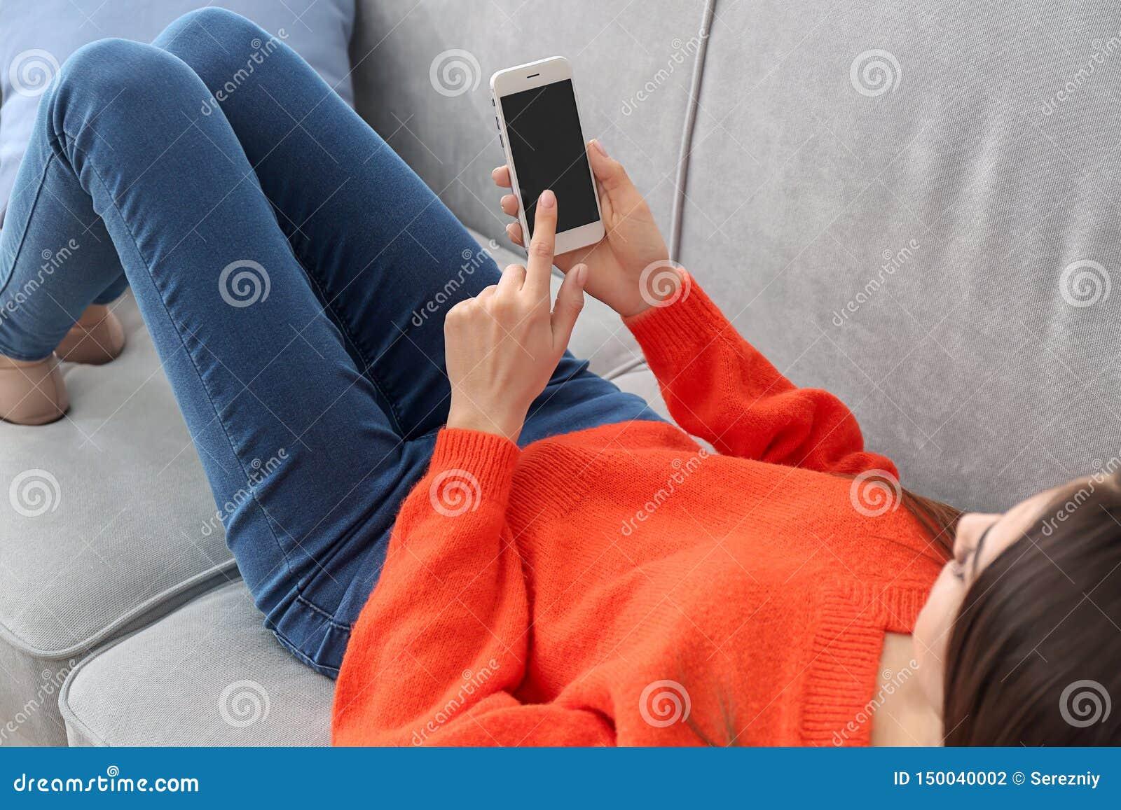 M?oda kobieta u?ywa telefon w domu