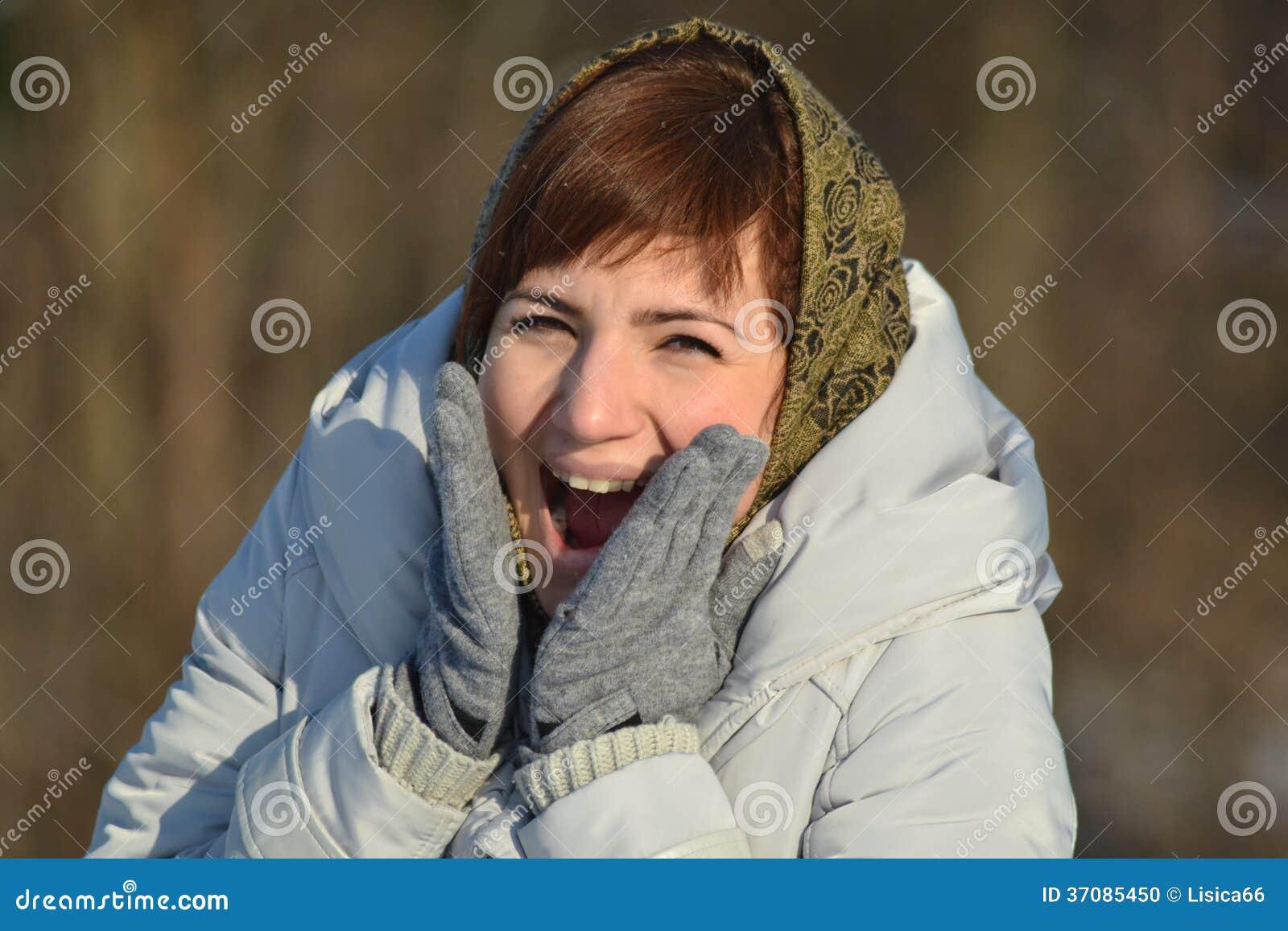 Download Młoda kobieta w szaliku zdjęcie stock. Obraz złożonej z zima - 37085450
