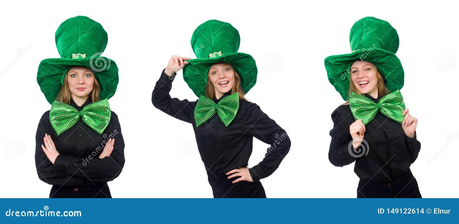 M?oda kobieta z zielonym gigantycznym krawatem