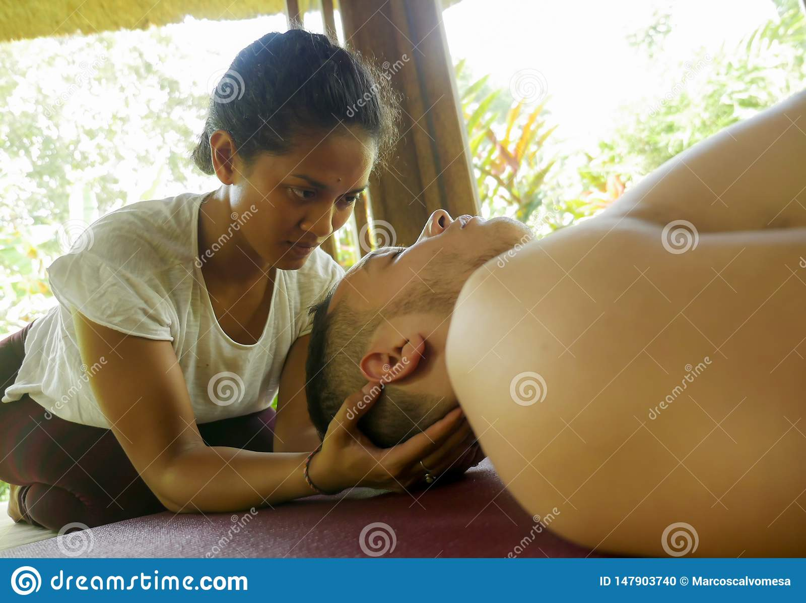 M?oda pi?kna, egzotyczna Azjatycka Tajlandzka terapeuta kobieta daje Kaukaski m??czyzna przy i