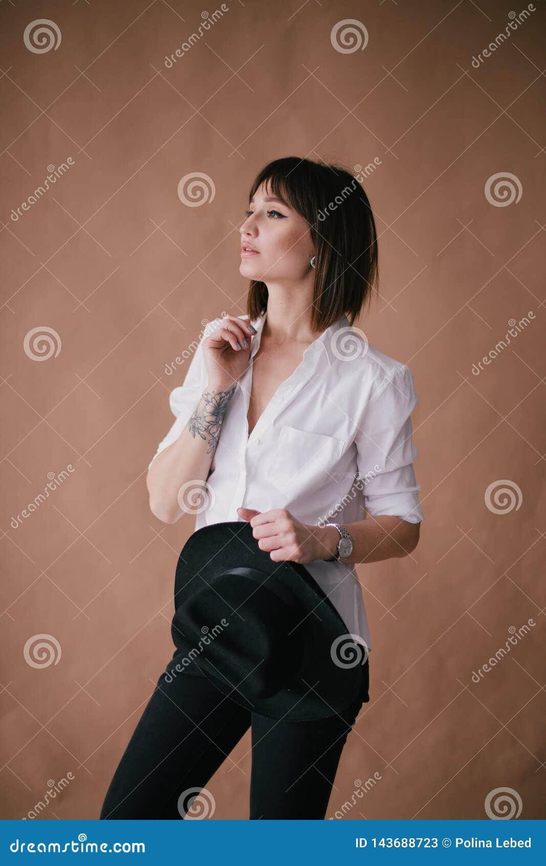 M?oda pi?kna elegancka kobieta z tatua?em w studiu