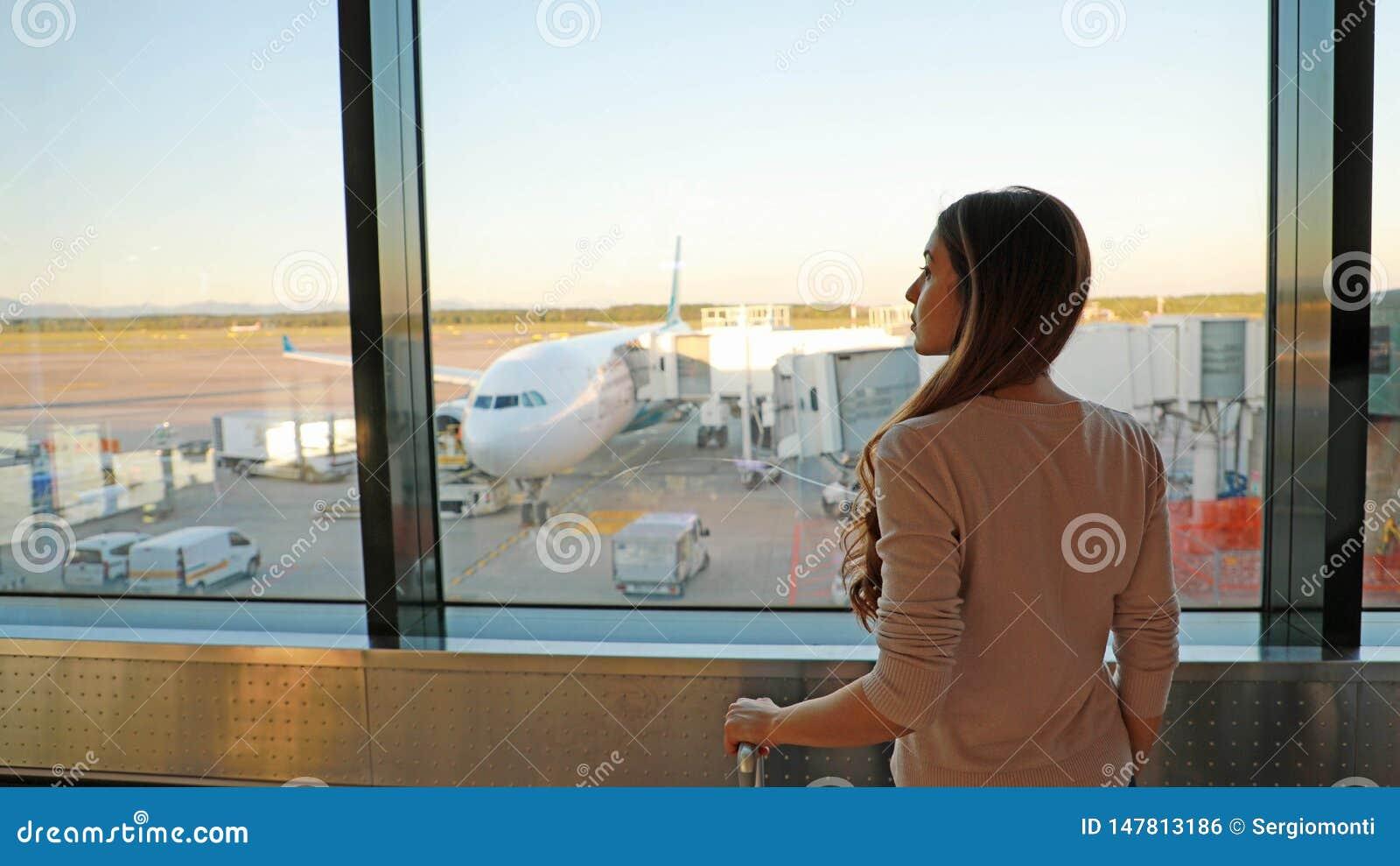M?odej kobiety czekanie w lotnisku jej lot