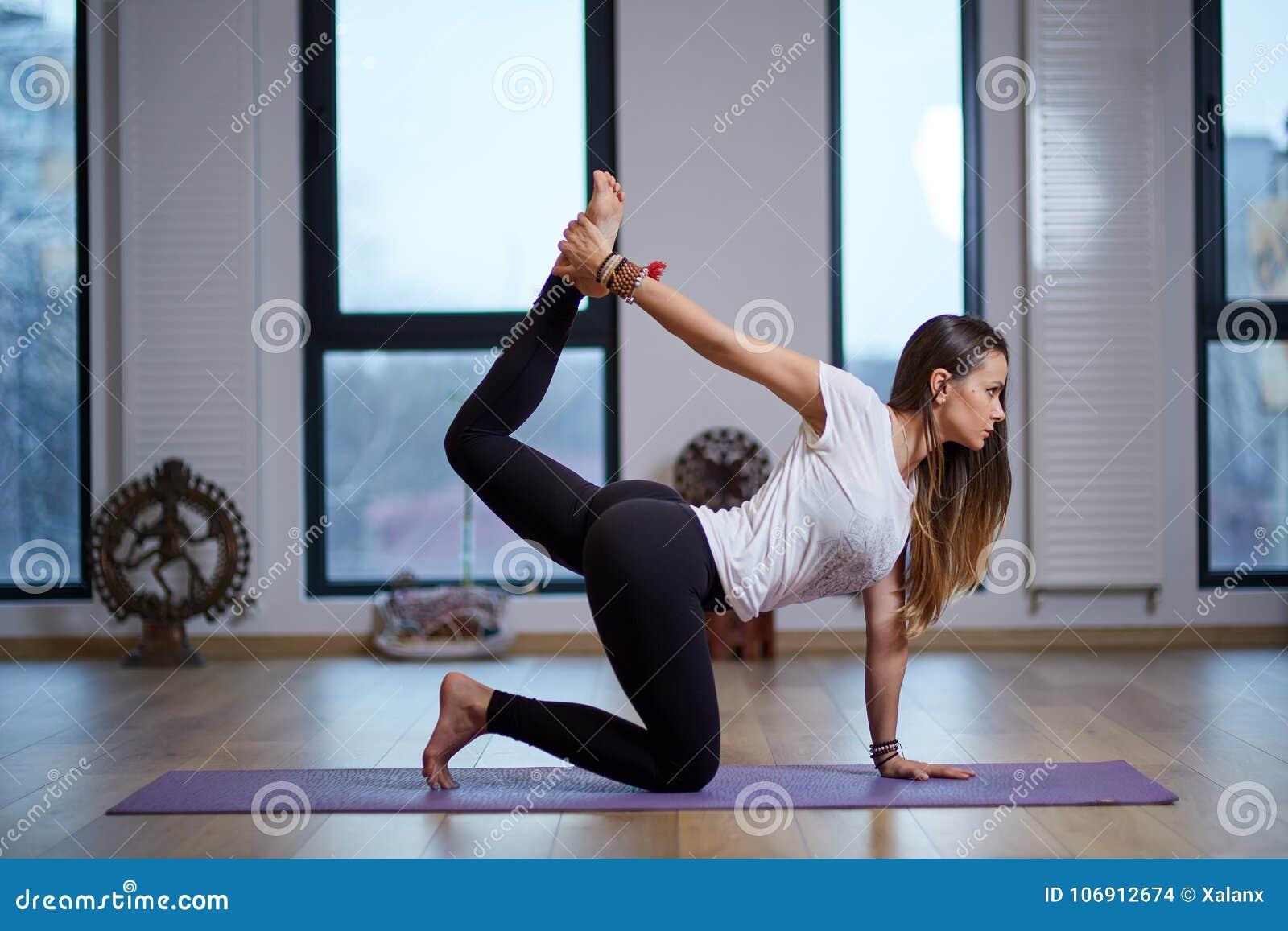 Młodej kobiety joga trener