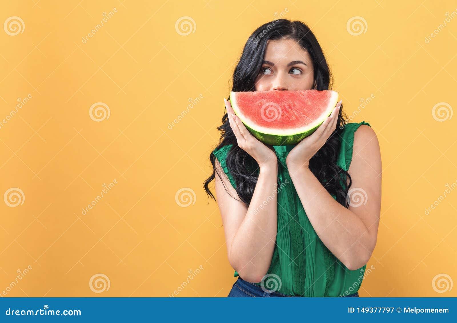 M?odej kobiety mienia arbuz