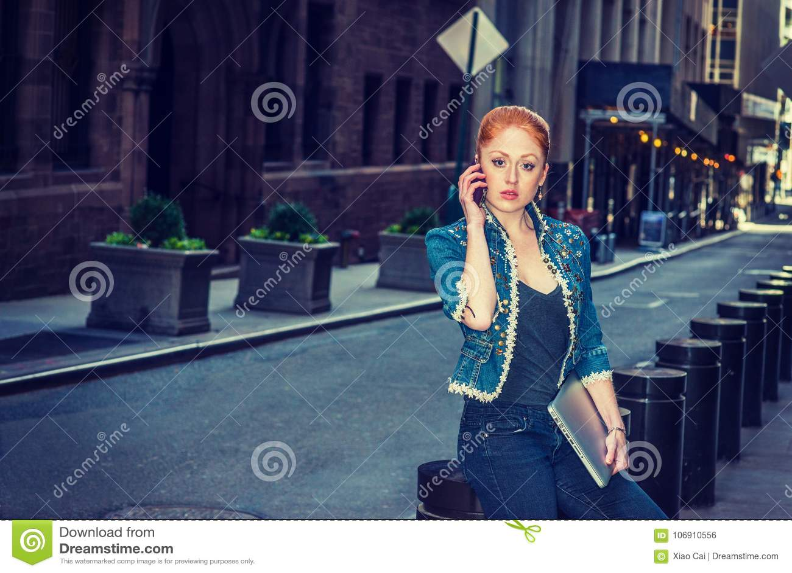 Młody bizneswoman dzwoni outside