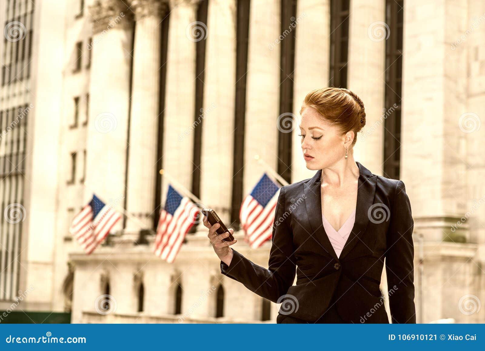 Młody bizneswoman pracuje w Nowy Jork