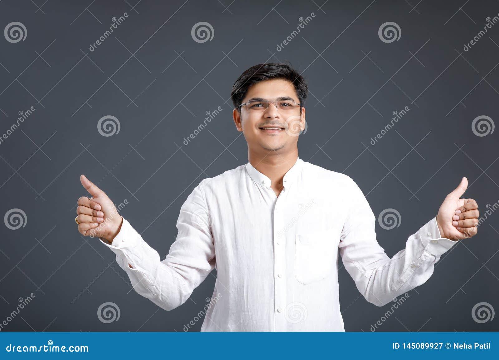 M?ody indyjski m??czyzny seans wali w g?r?