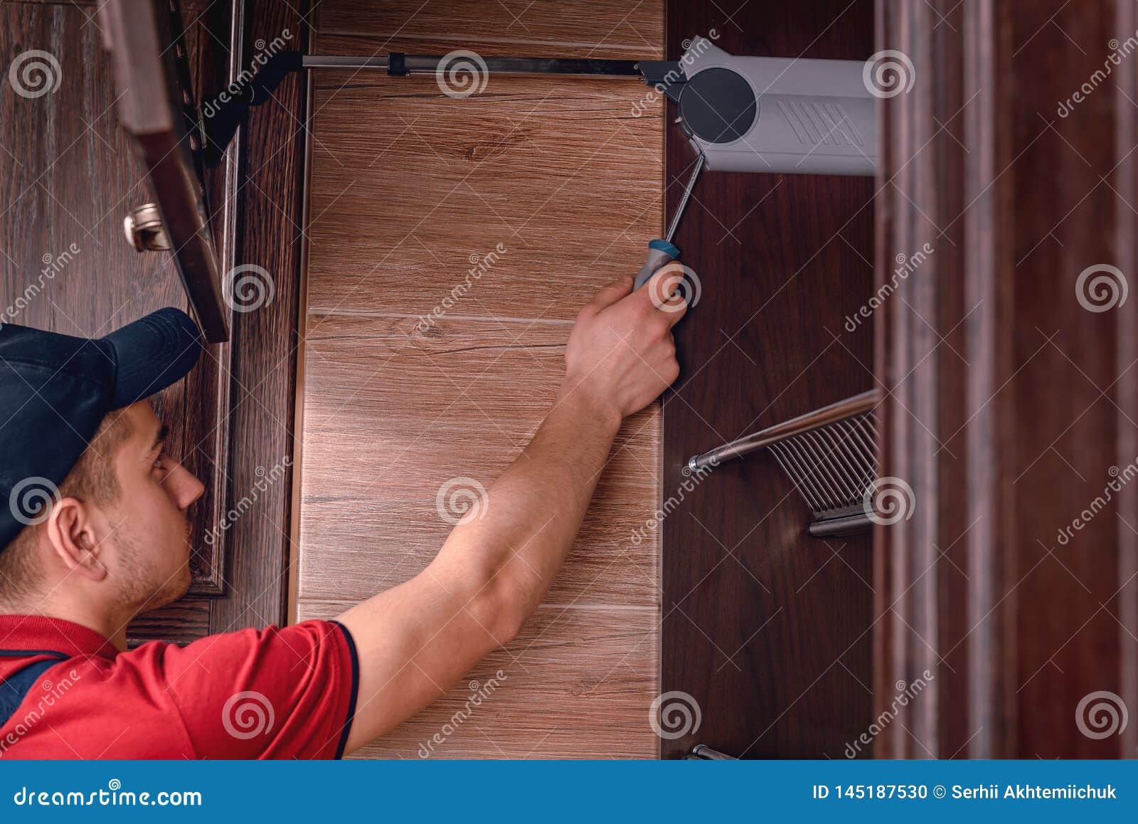 M?ody pracownik gromadzi? nowo?ytnego drewnianego kuchennego meble