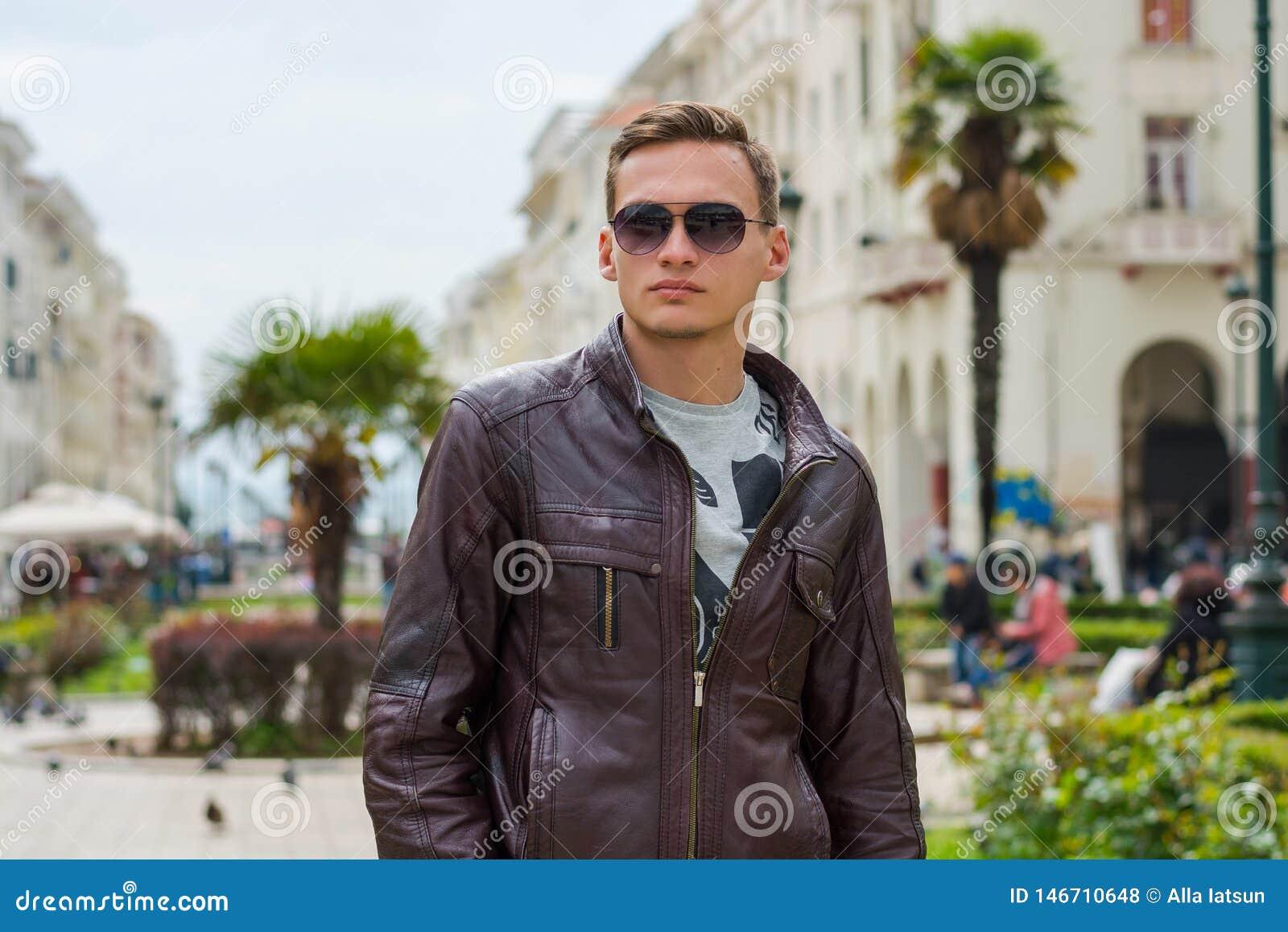 M?ody przystojny m??czyzna w okularach przeciws?onecznych, turysta, na zwyczajnej Aristotle ulicie w centrum Saloniki, Grecja