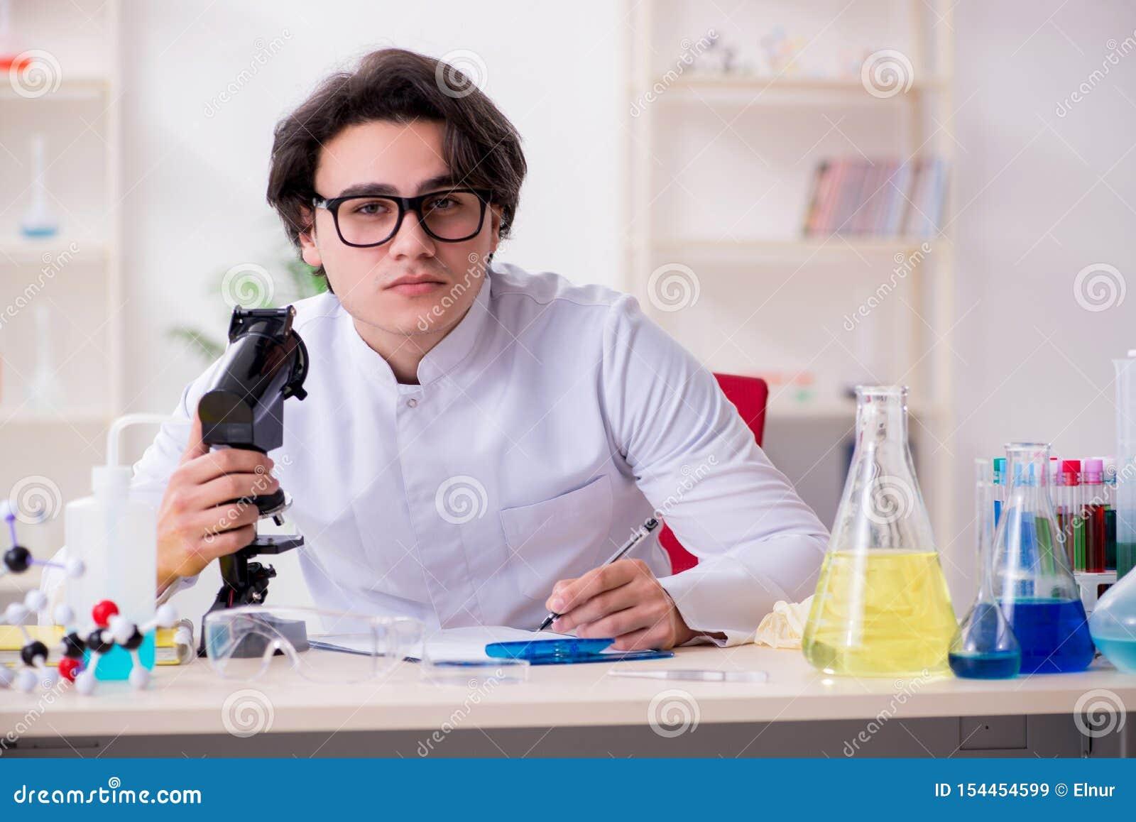 M?ody m?ski biochemik pracuje w lab