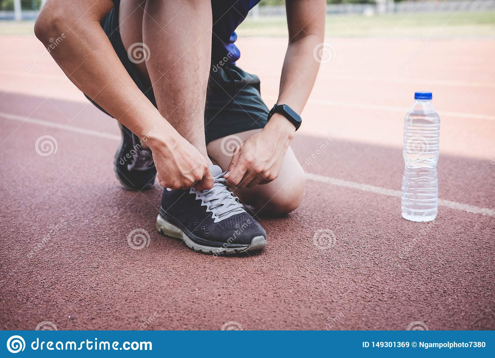 M?ody sprawno?ci fizycznej atlety m??czyzny bieg na droga ?ladzie, ?wiczenie treningu wellness i biegaczu wi??e shoelaces z kopii