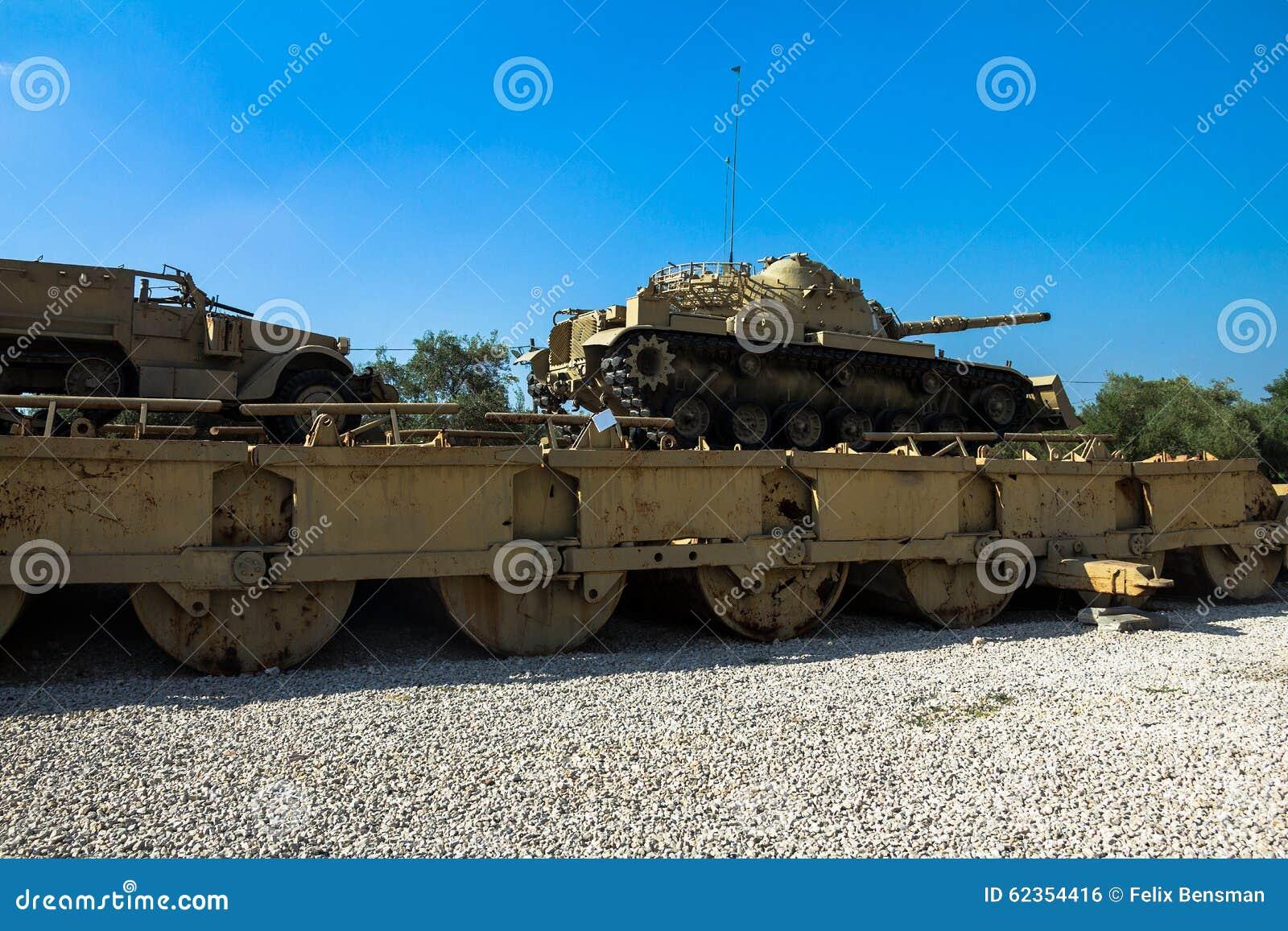 M60 Patton Tank med bladet för Dozer M9 och denspår M3 bäraren på pontonbron Latrun Israel