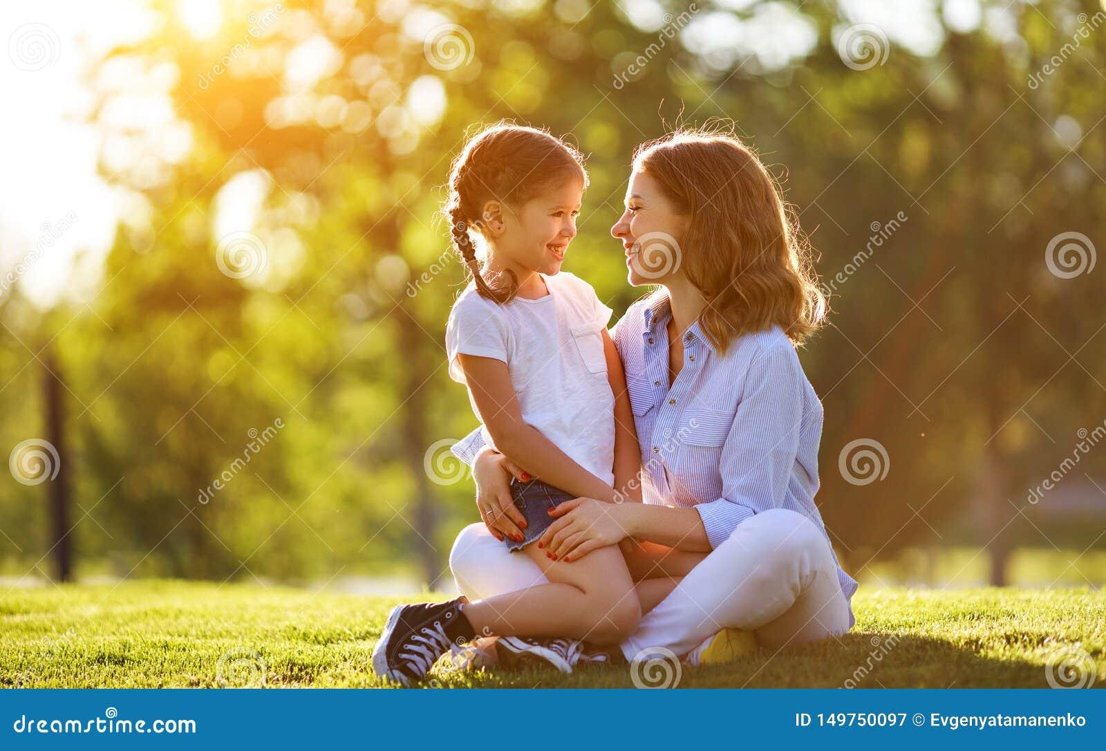 M?re de famille et fille heureuses d enfant en nature en ?t?