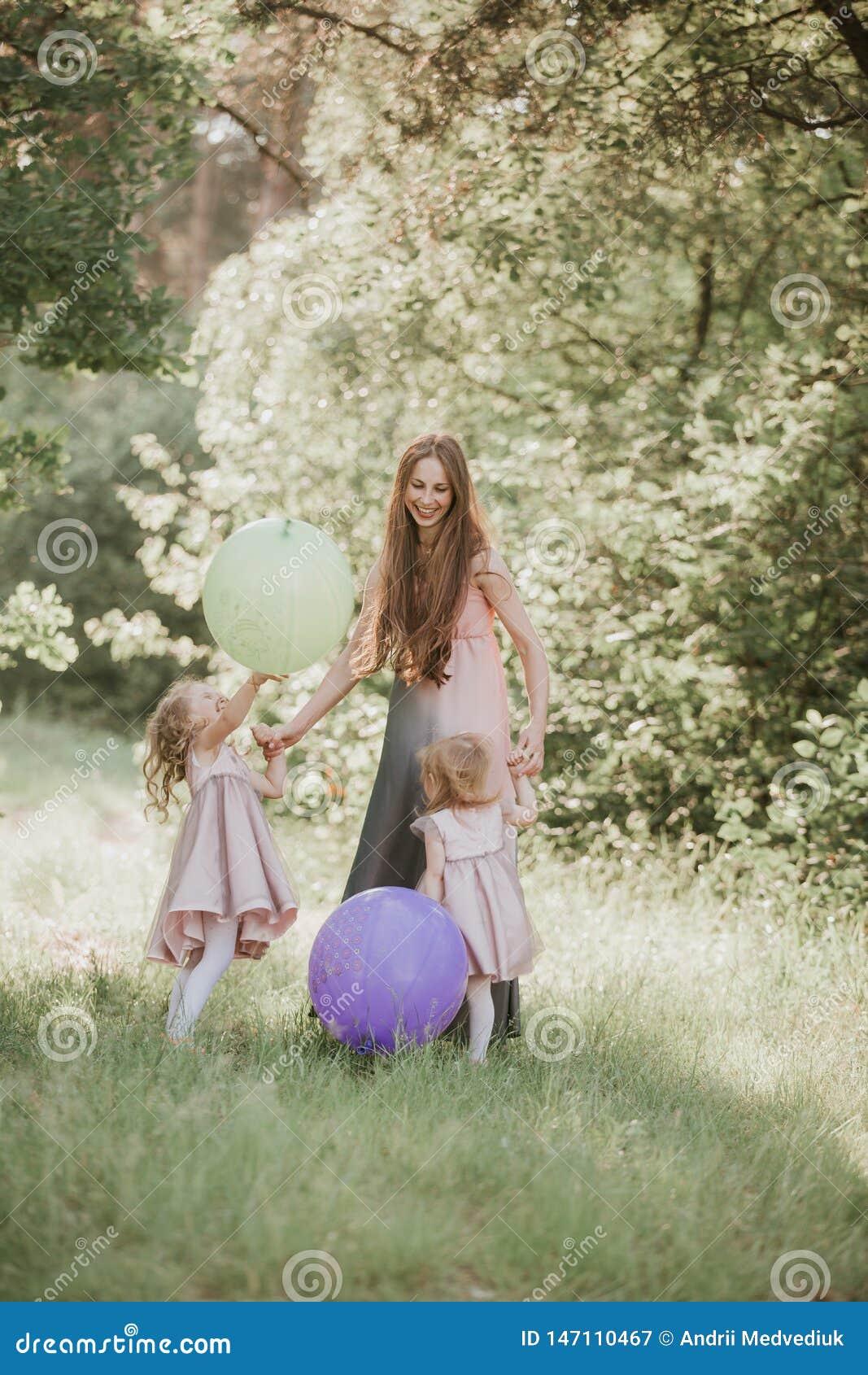 M?re et descendant ayant l amusement dans le stationnement Concept de la famille heureux Famille heureuse se reposant ensemble