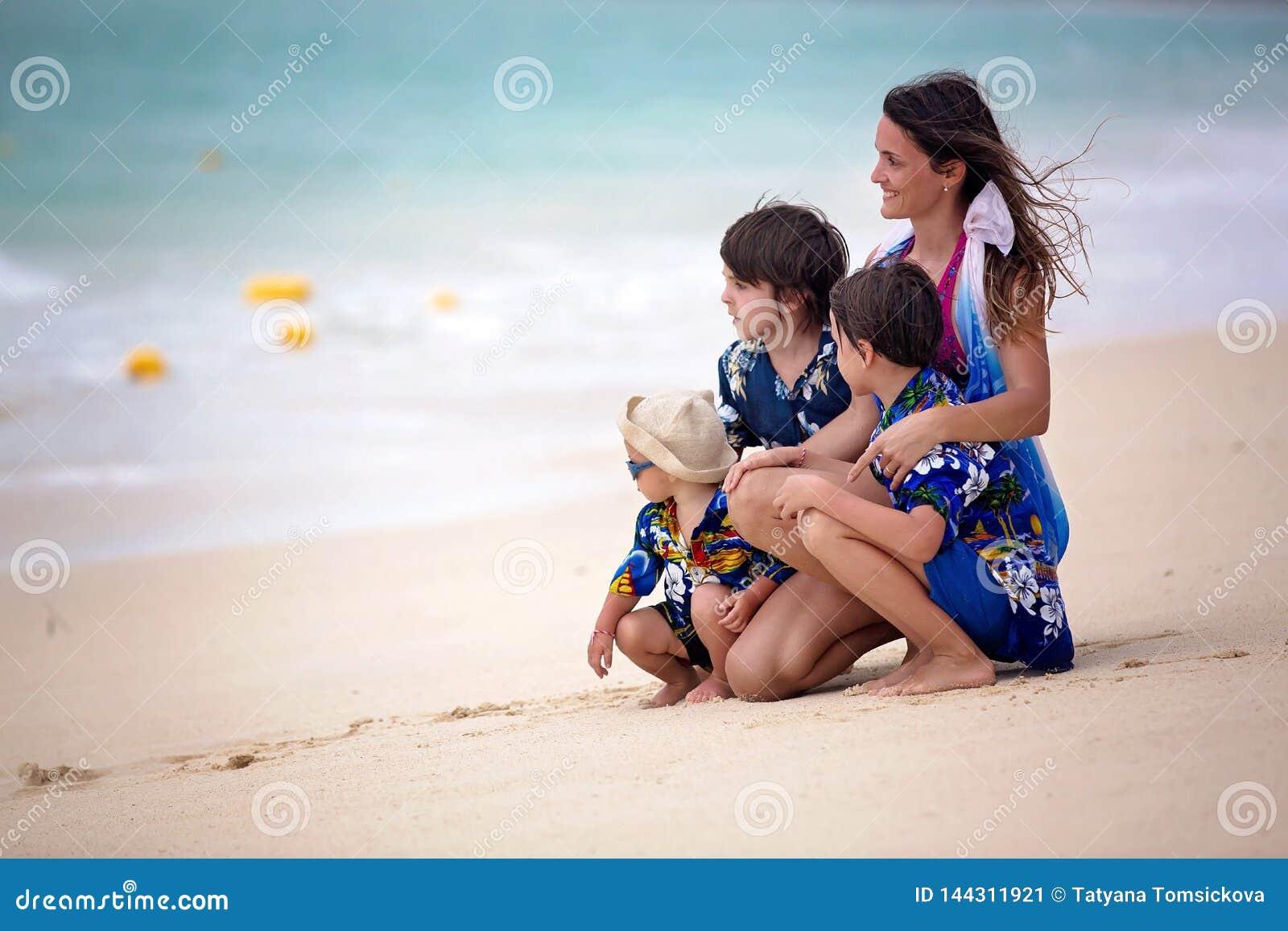 M?re et enfant jouant ? la plage tropicale Vacances d ?t? de mer de famille Maman et enfant, garçon d enfant en bas âge, jeu dans