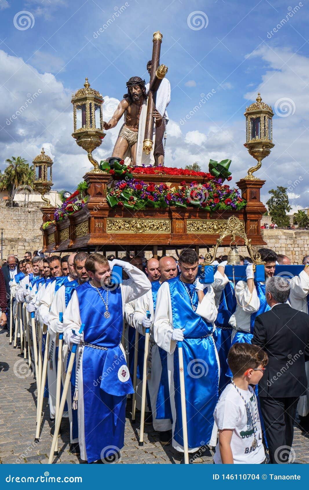 M?rida, Spanien April 2019: Eine Gruppe Tr?ger, nannte Costaleros und trug ein religi?ses Floss