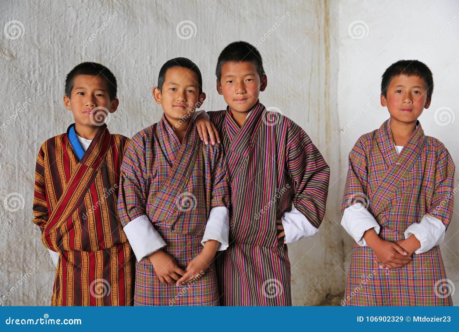Męscy ucznie przy Lokalnym festiwalem, Bhutan