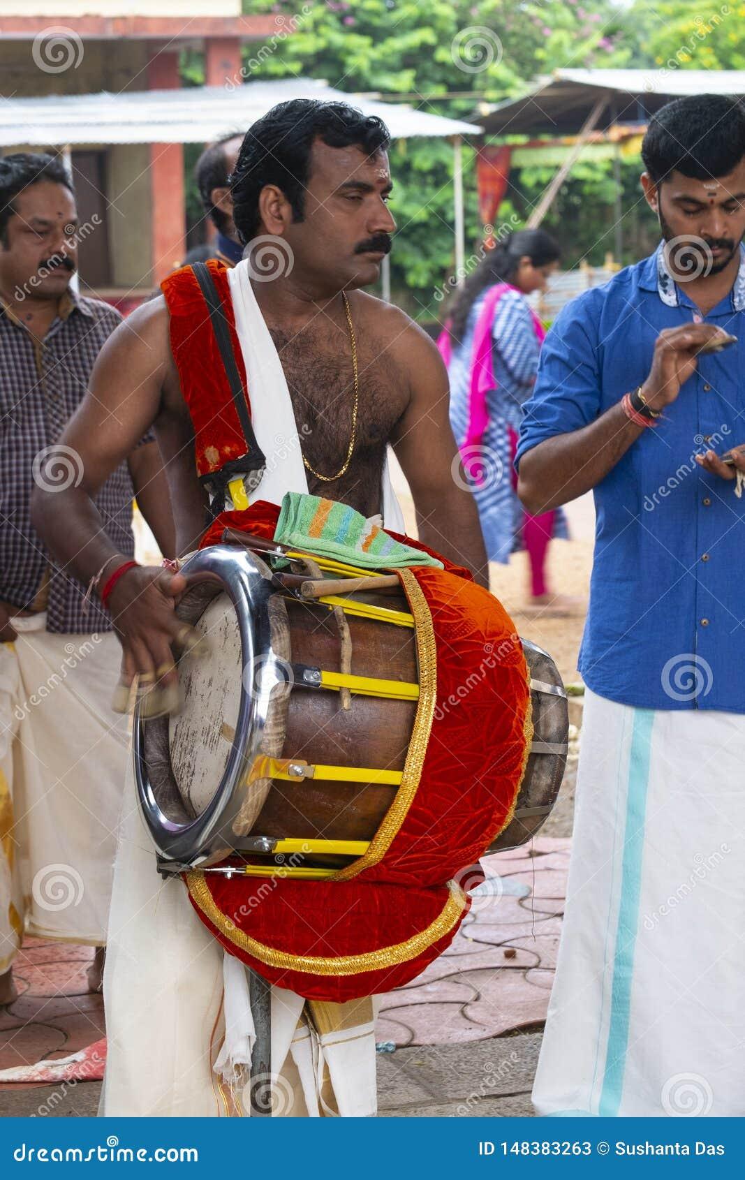 M?sico en el templo en Kerala, la India