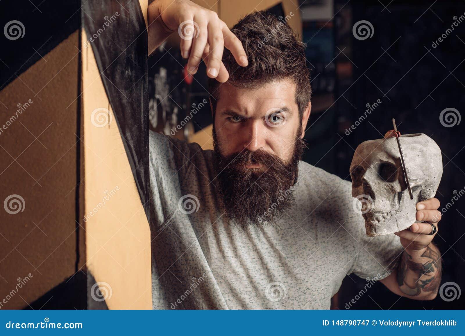 M?ski klient dostaje ostrzy?enie fryzjerem podstrzy?enia W?osianego stylu i w?osianego stylisty brody opieka Fryzjer?w m?skich no