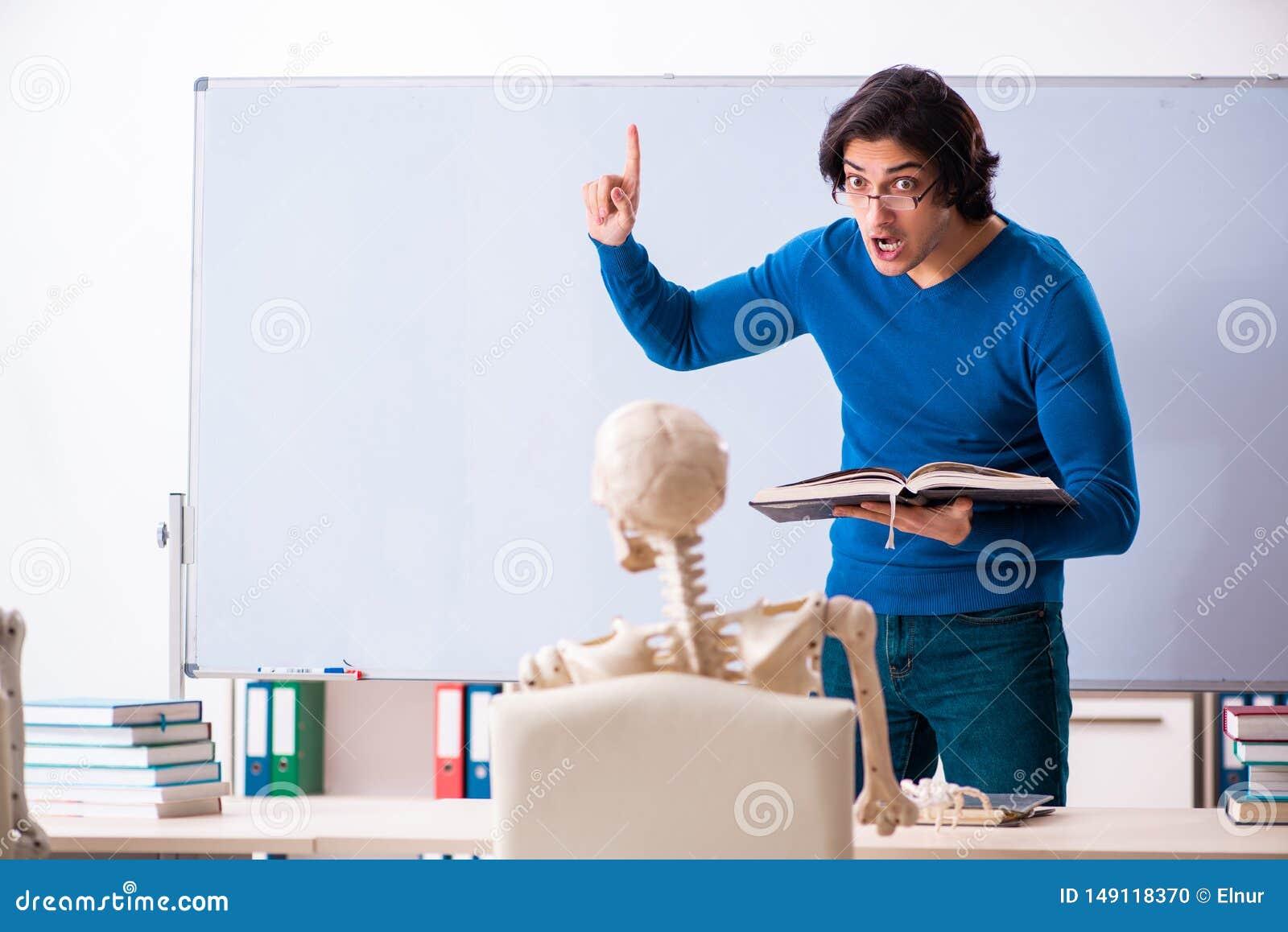 M?skiego nauczyciela i ko?ca ucze? w sali lekcyjnej