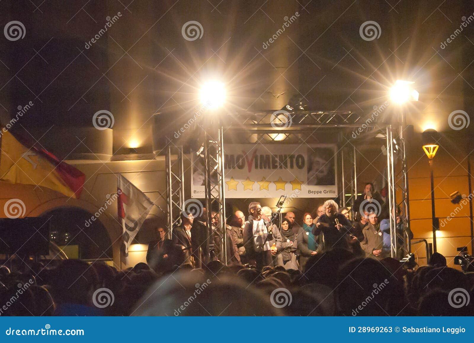 M5S zwolennicy słucha włoski showman Beppe Grillo
