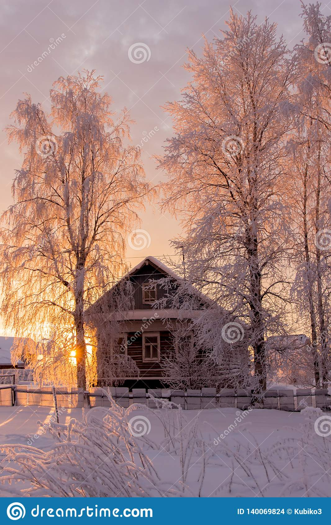 Mały, Drewniany, piękny, drewniany dom przy zmierzchem,