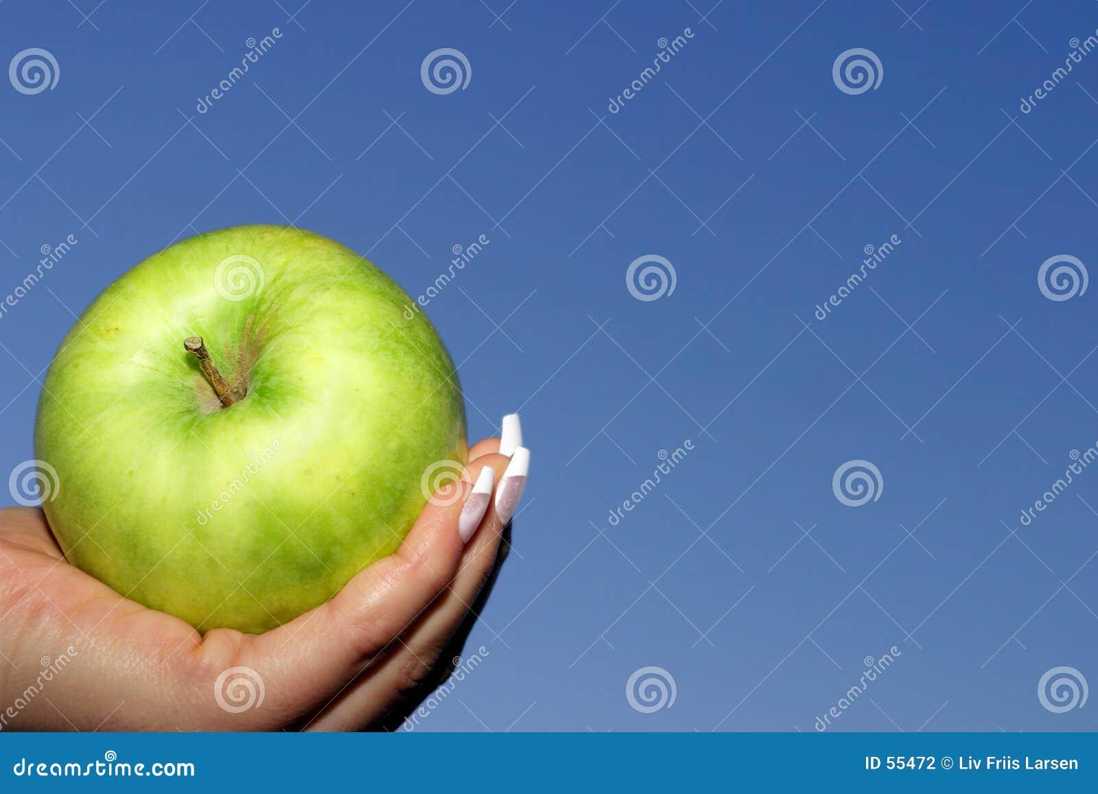 Maçã verde, céu azul