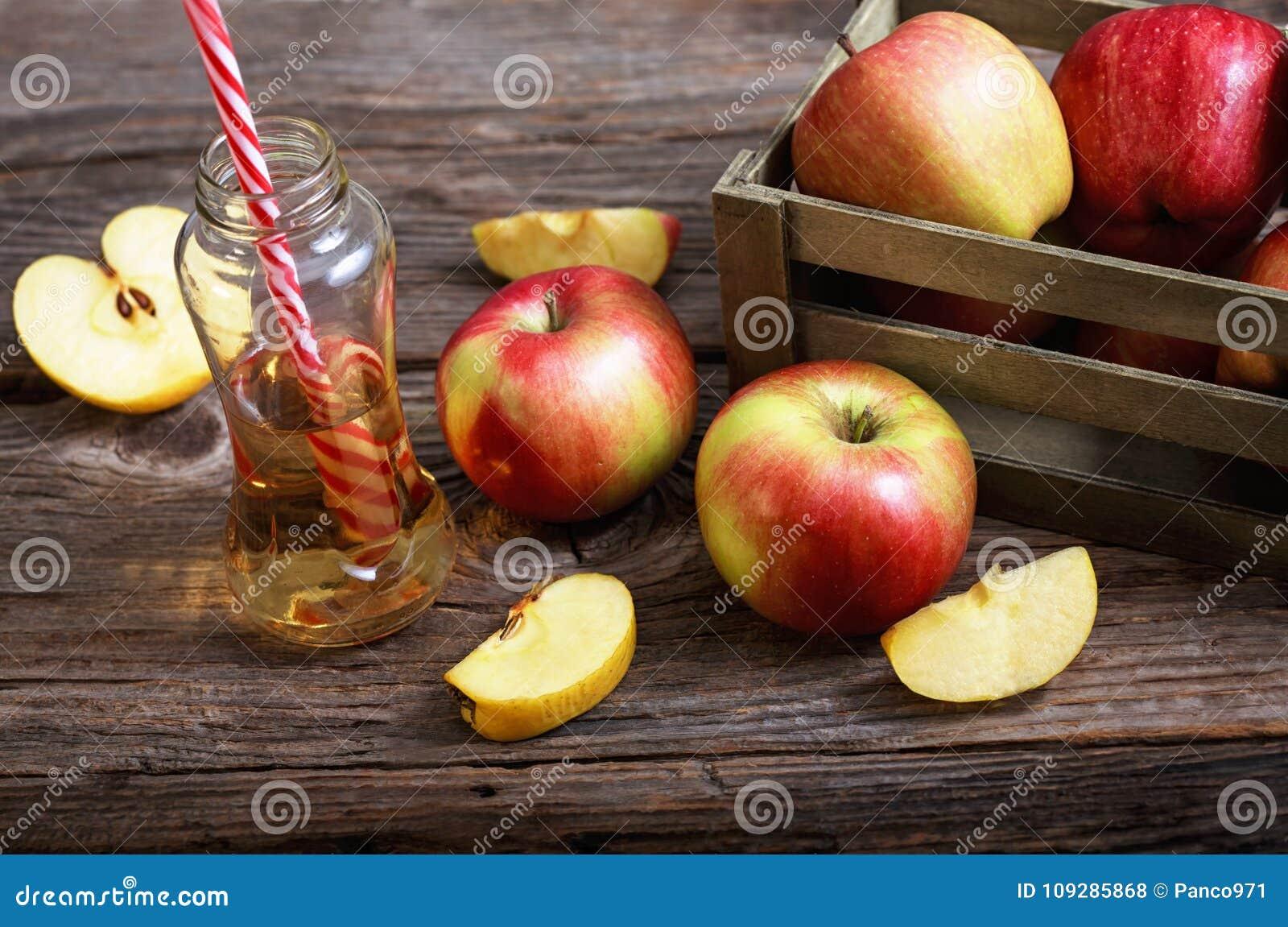 Maçãs e suco de maçã maduros