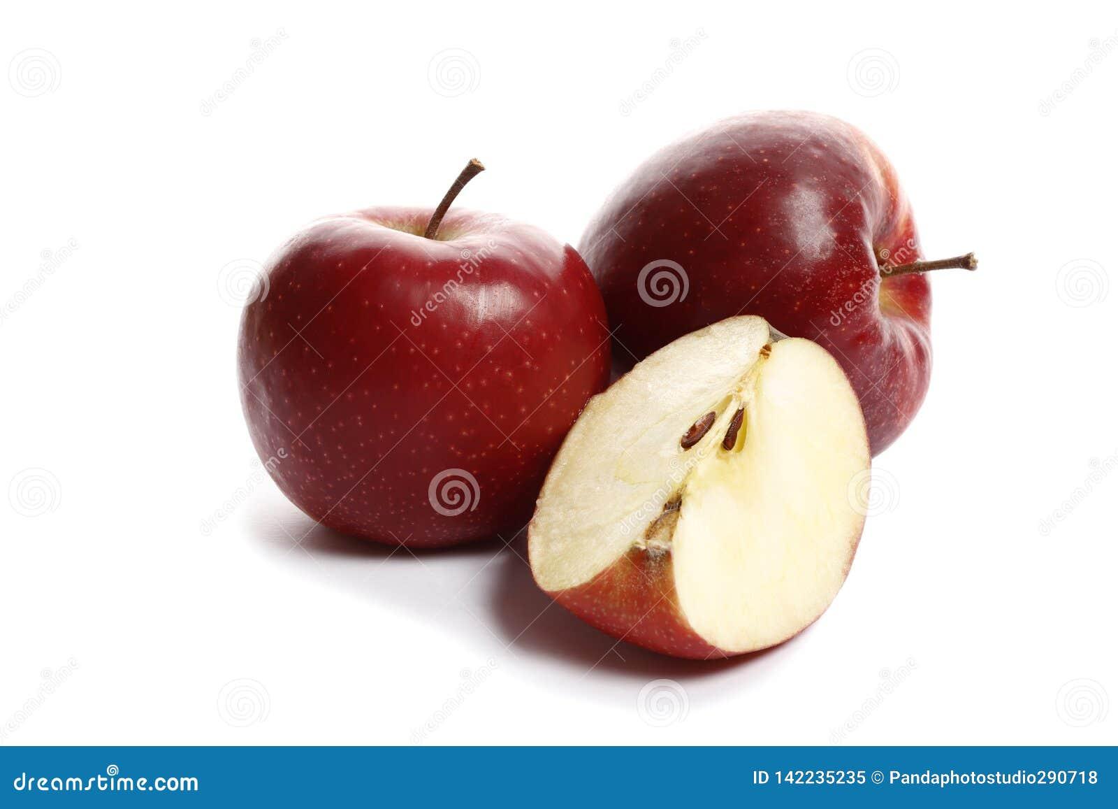 Maçãs maduras doces vermelhas em um fundo branco