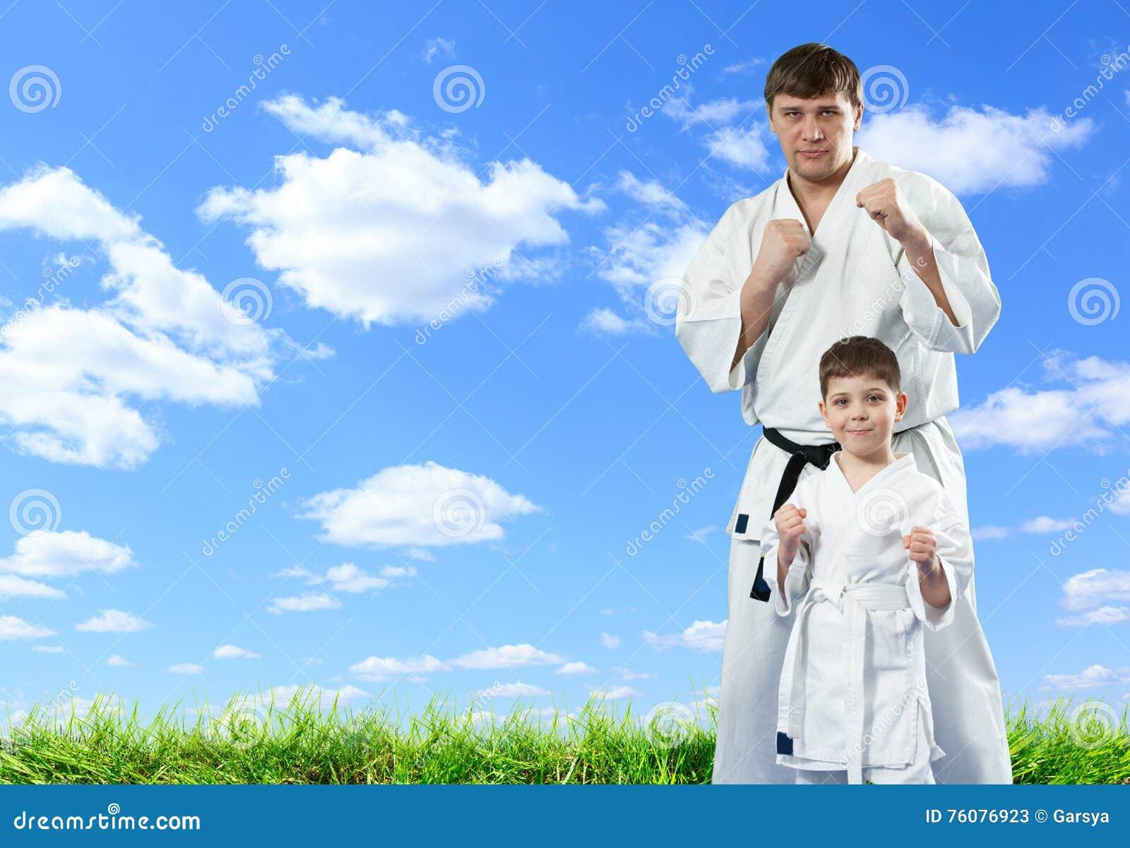 Maître de karaté avec son jeune étudiant