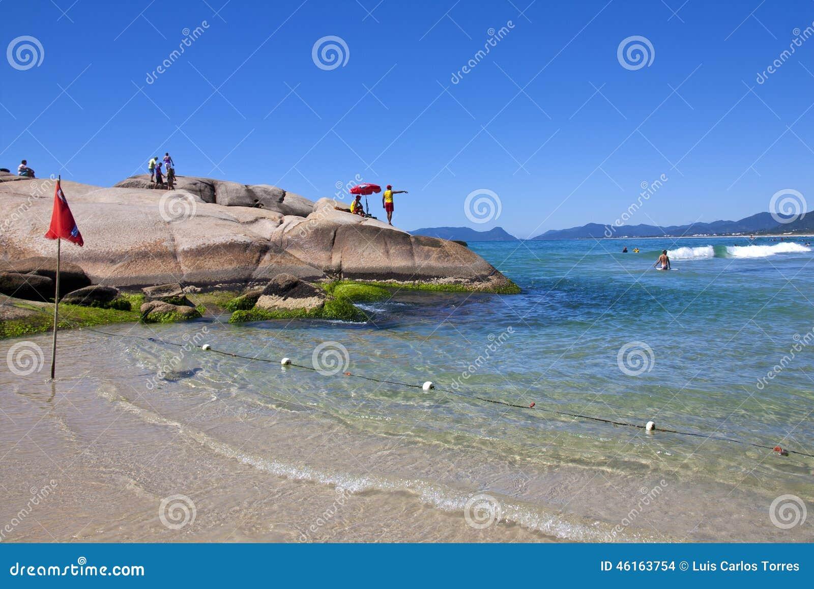 Maître nageurs observant des touristes