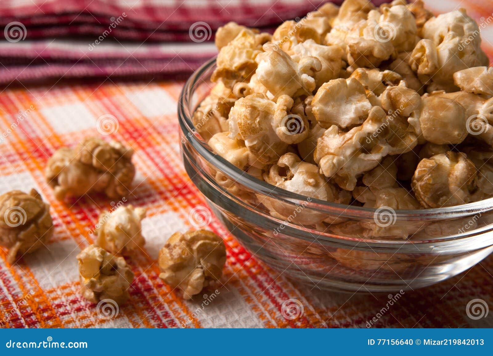 Maïs éclaté de caramel dans un bol en verre sur une serviette