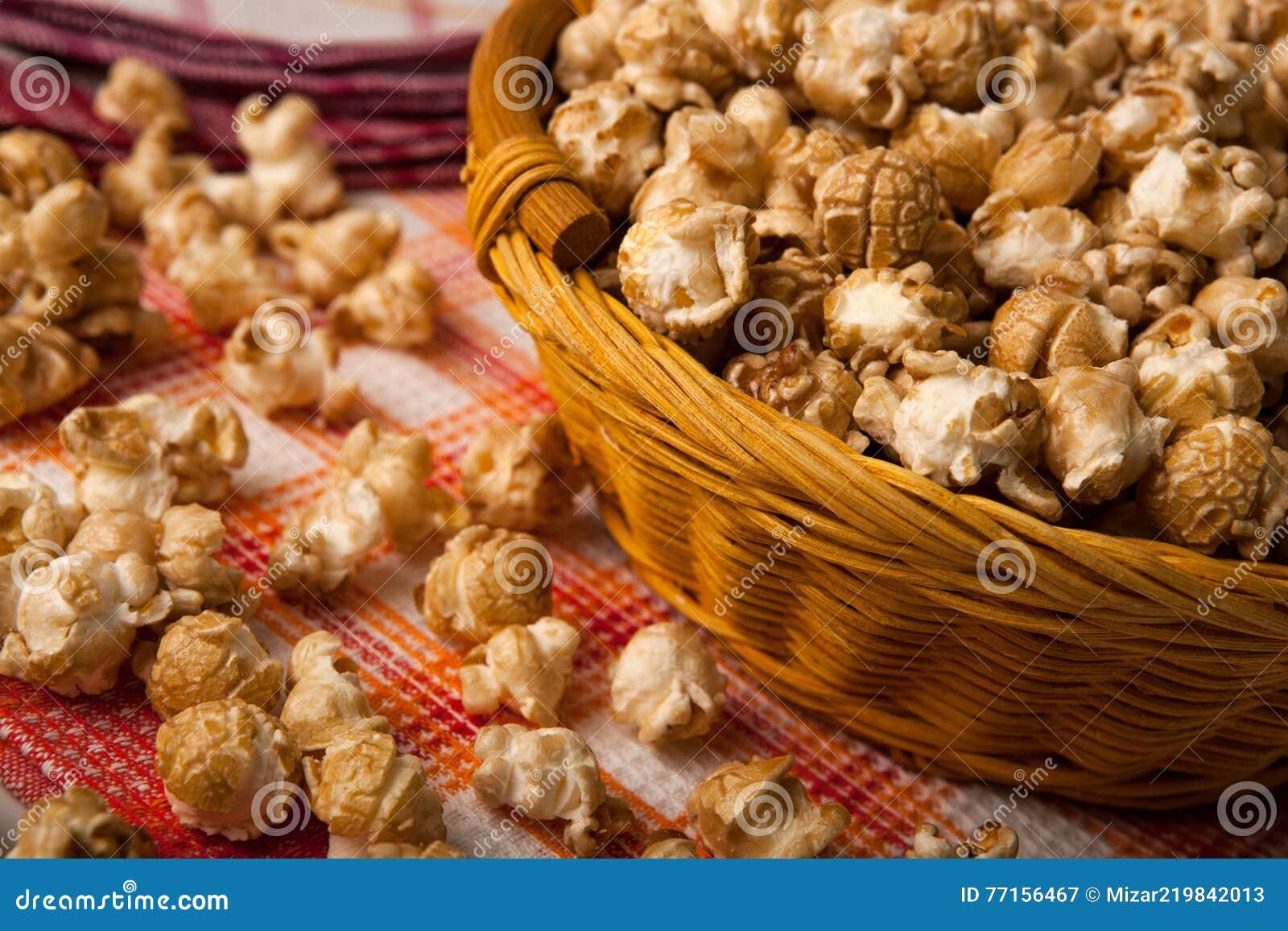 Maïs éclaté de caramel dans un panier sur une serviette