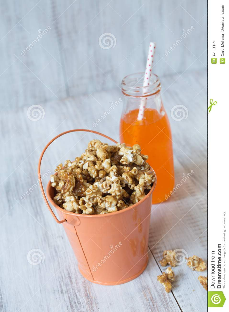 Maïs éclaté de caramel en casse-croûte de bruit de Tin Bucket With Orange Soda