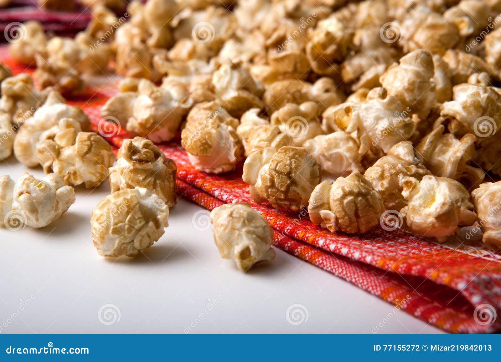 Maïs éclaté de caramel sur une fin de serviette
