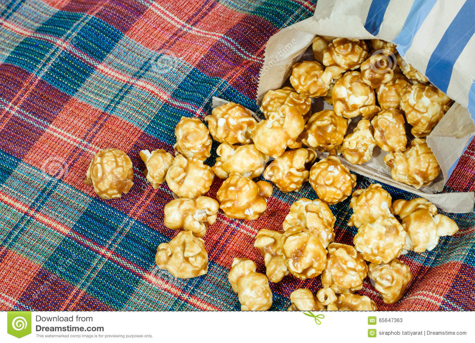 Maïs éclaté doux et croquant délicieux de caramel