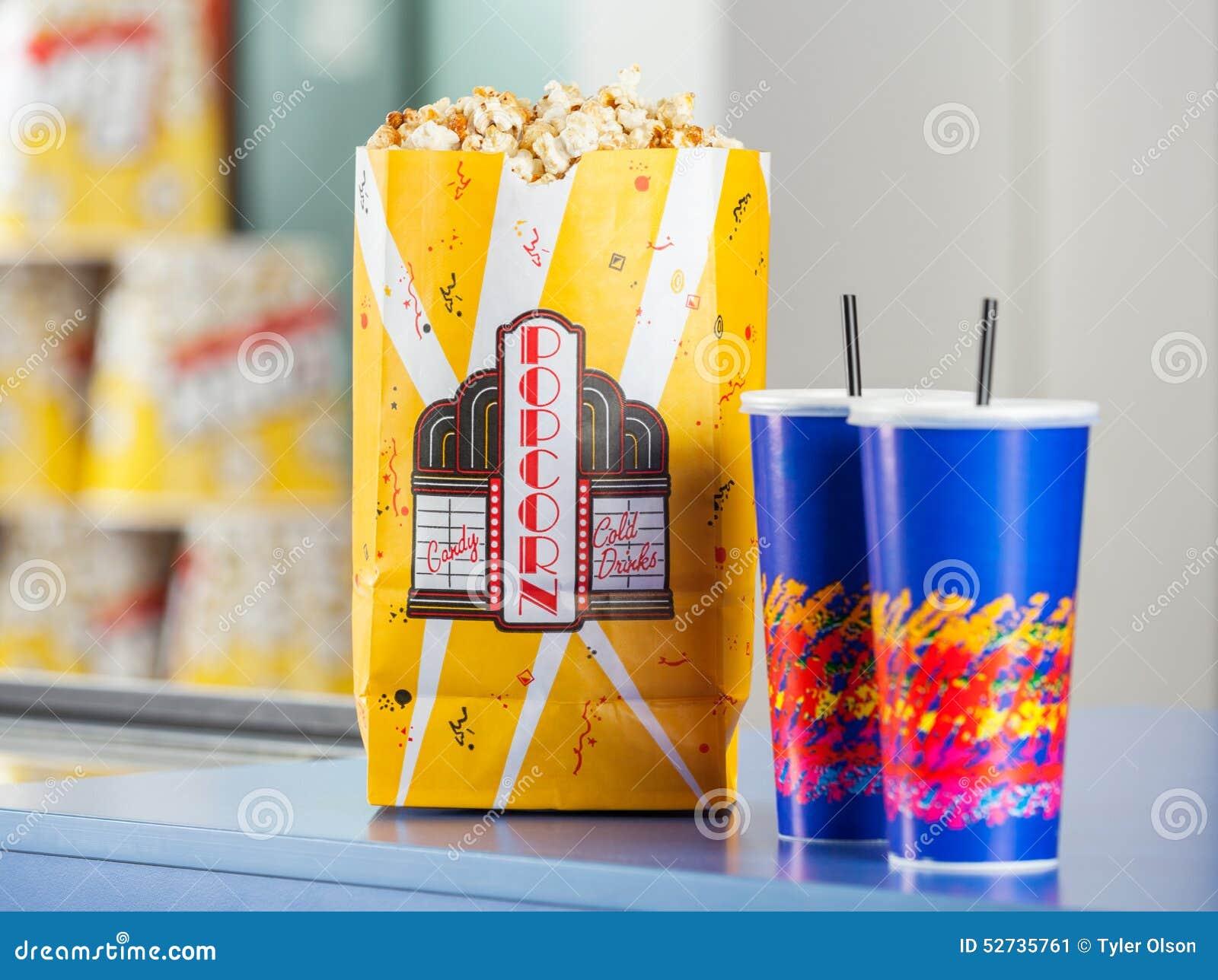 Maïs éclaté et boissons sur le support de concession
