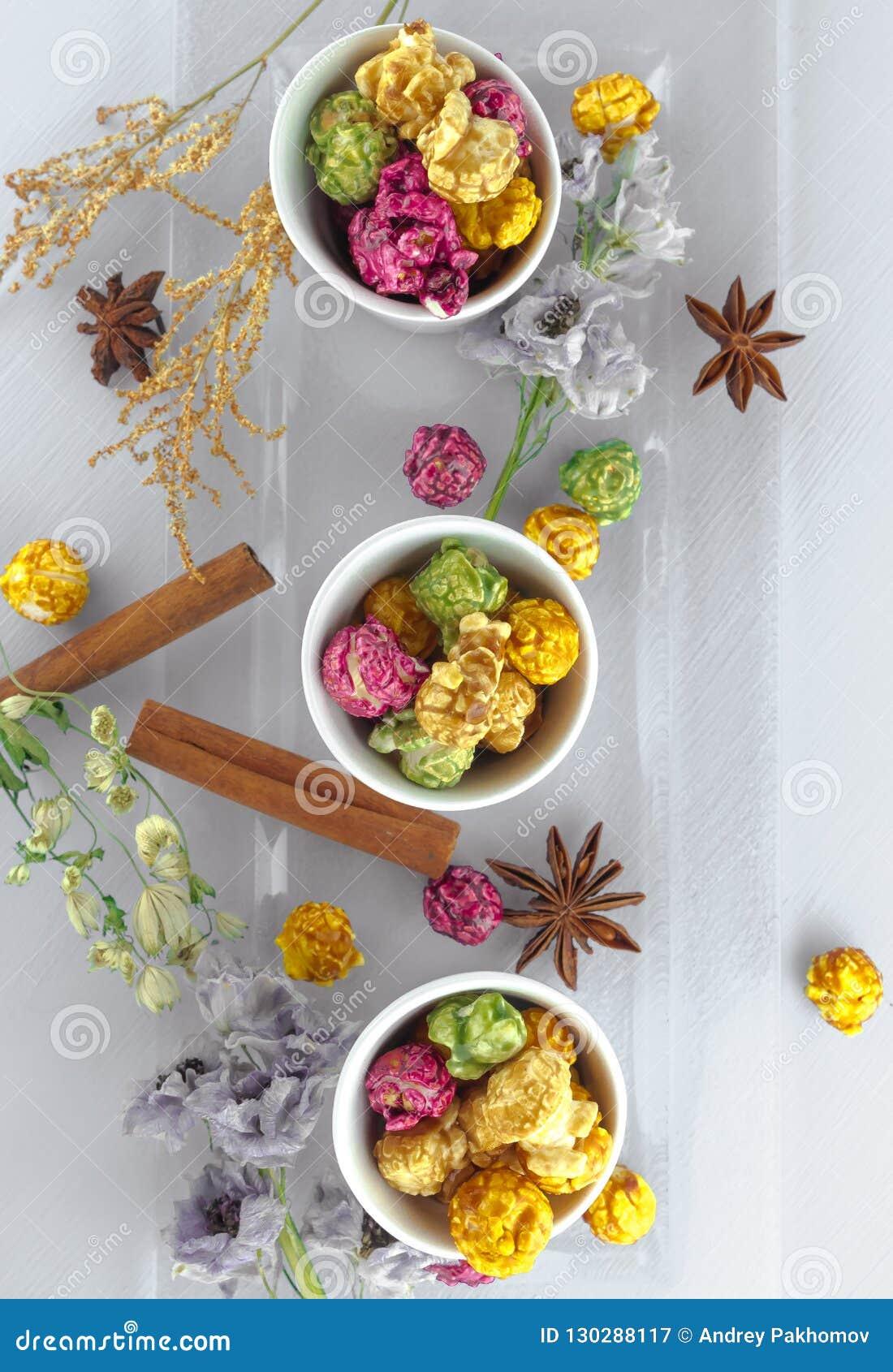 Maïs éclaté frais dans la cuvette jaune sur la table en bois blanche Foyer sélectif