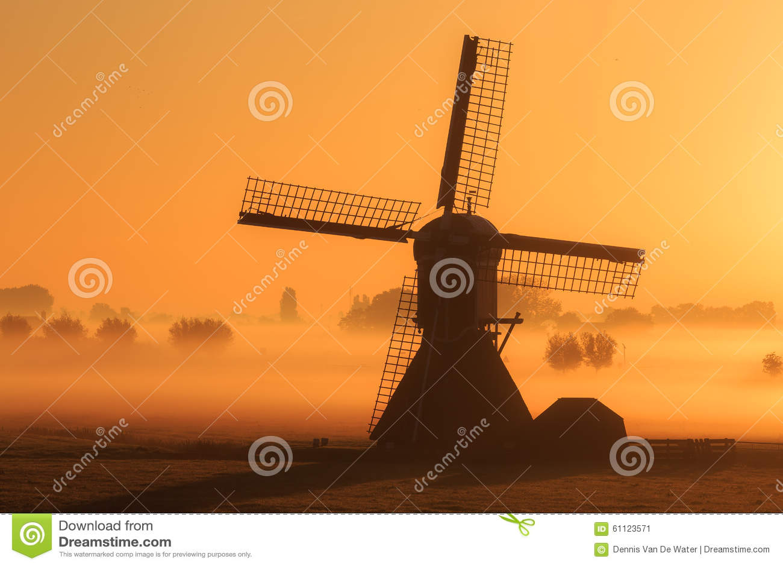 Mañana de niebla del molino de viento