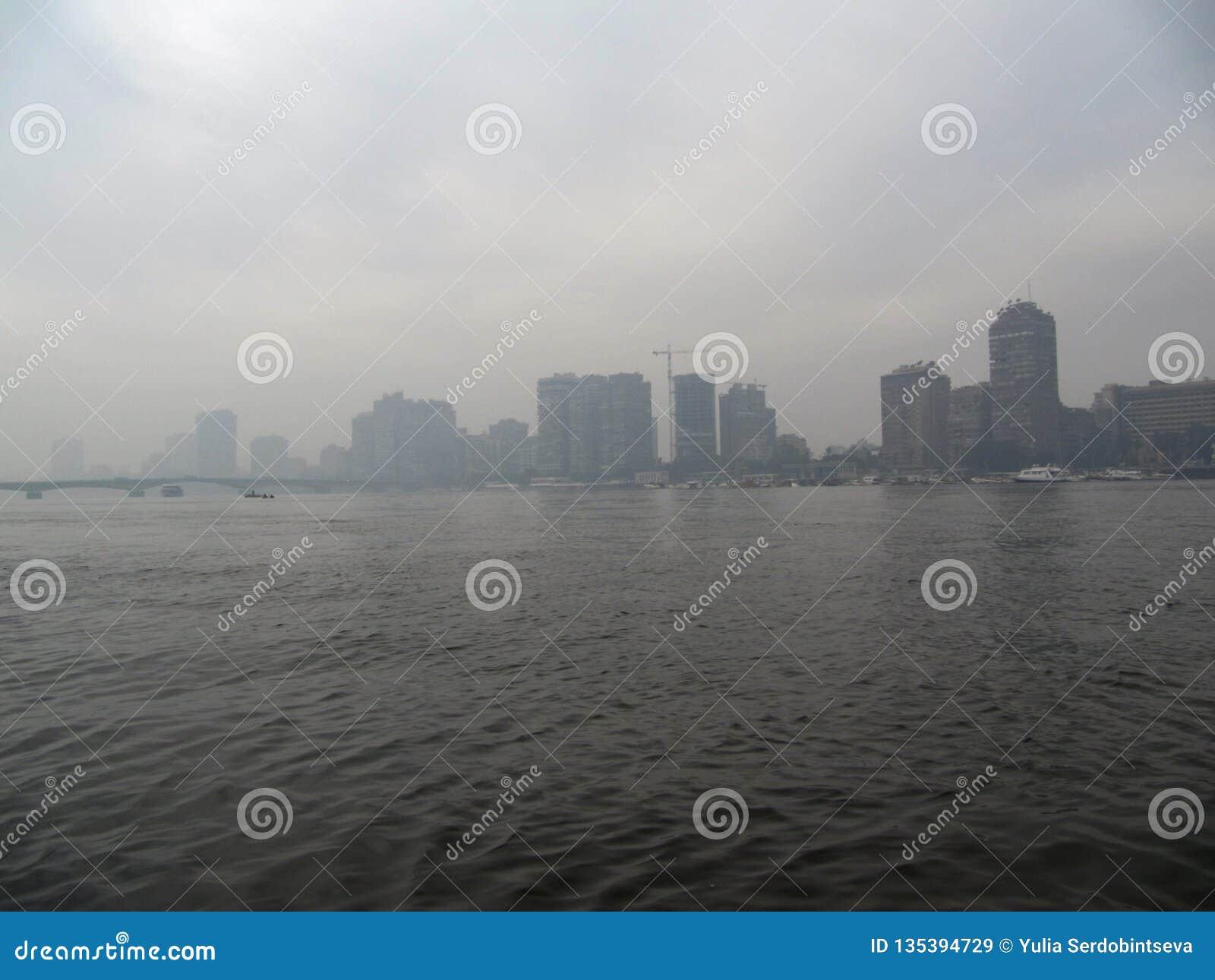 Mañana en El Cairo Niebla sobre el Nilo