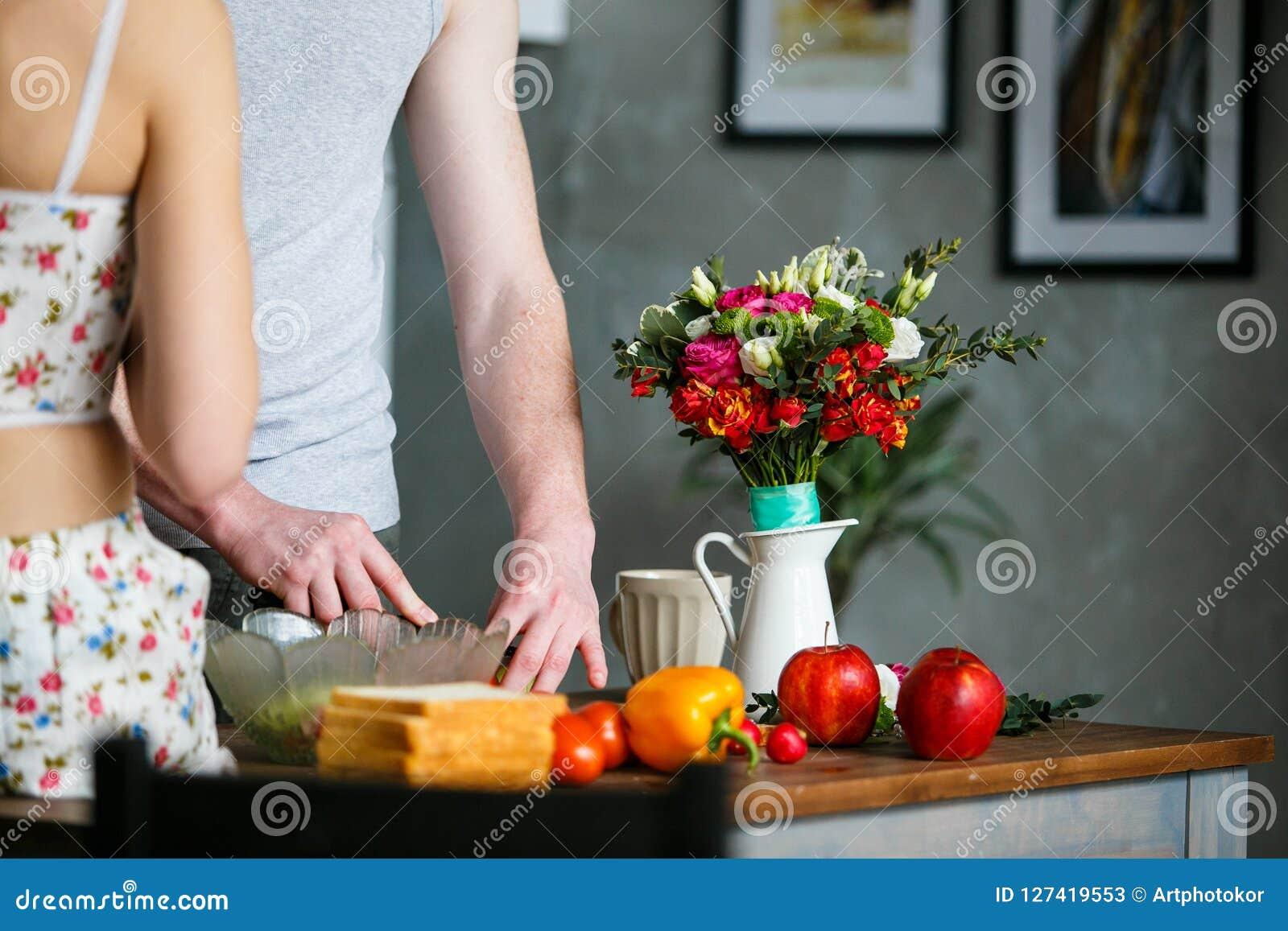 Mañana en la cocina Pares jovenes que preparan la comida