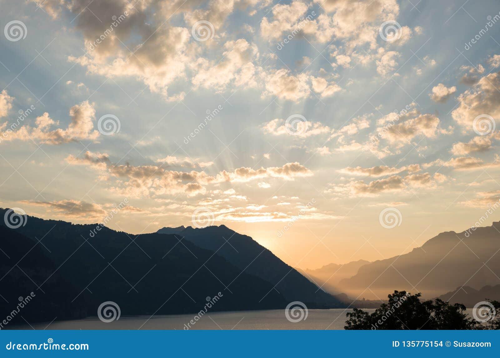 Mañana idílica en el thunersee del lago en Suiza