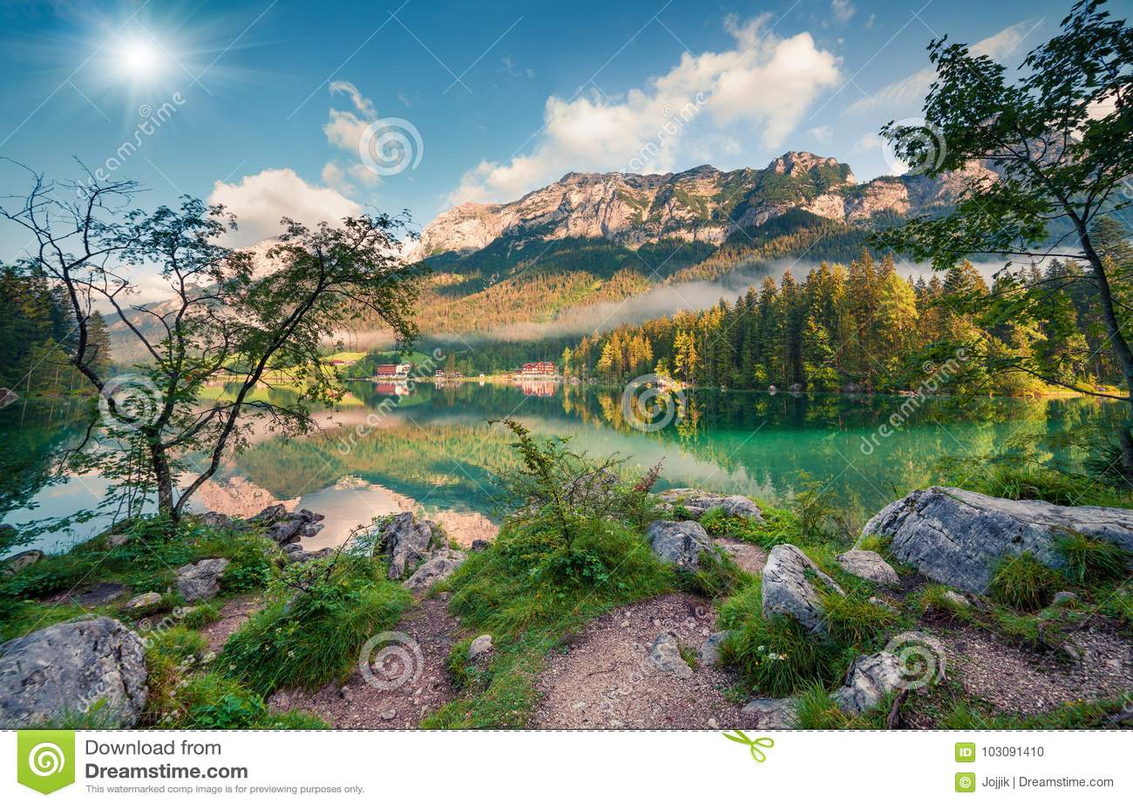 Mañana soleada del verano en el lago Hintersee